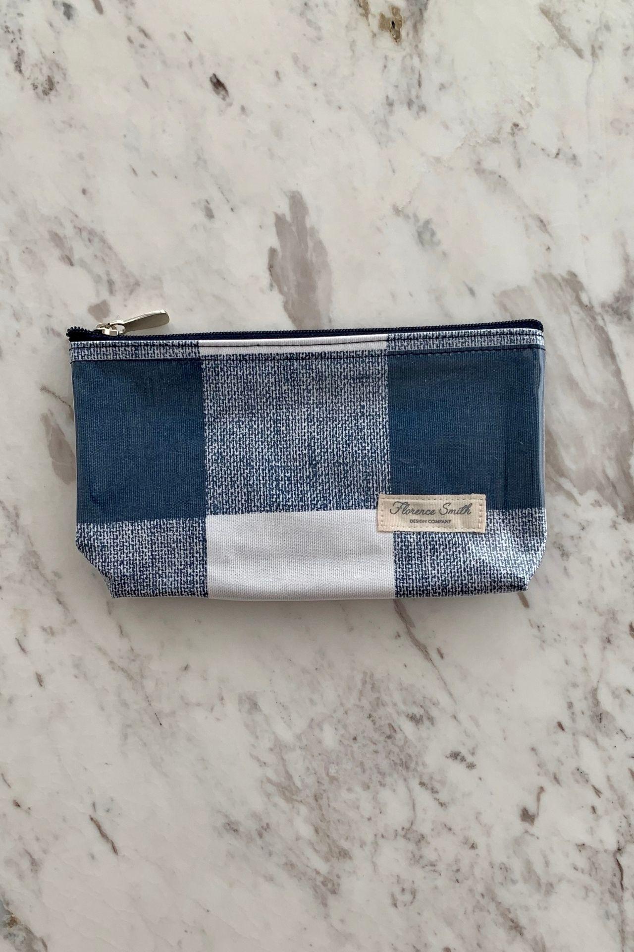 Medida:20 cm de ancho x 12 cm de alto. Plastificado por dentro y fuera, perfecto para la cartera. Cierre premium y jalador super resistente.