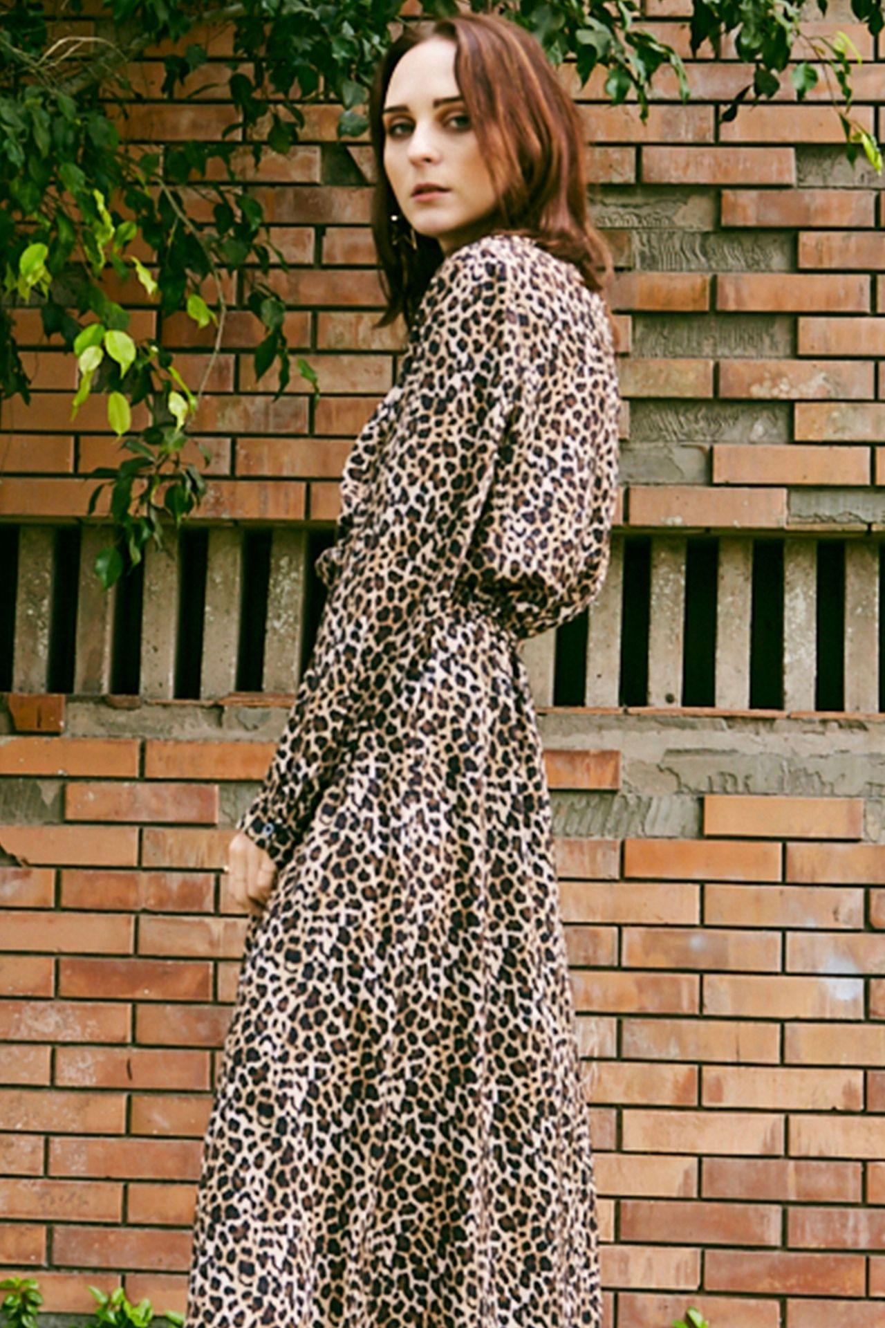 Vestido animal print con cuello alto y cintura elástica.  Detalles Sin forro Talla standard Made in Italy Material & cuidado 100% Poliester Lavar en agua tibia a mano  Cintura: 30 cm  Largo: 120 cm