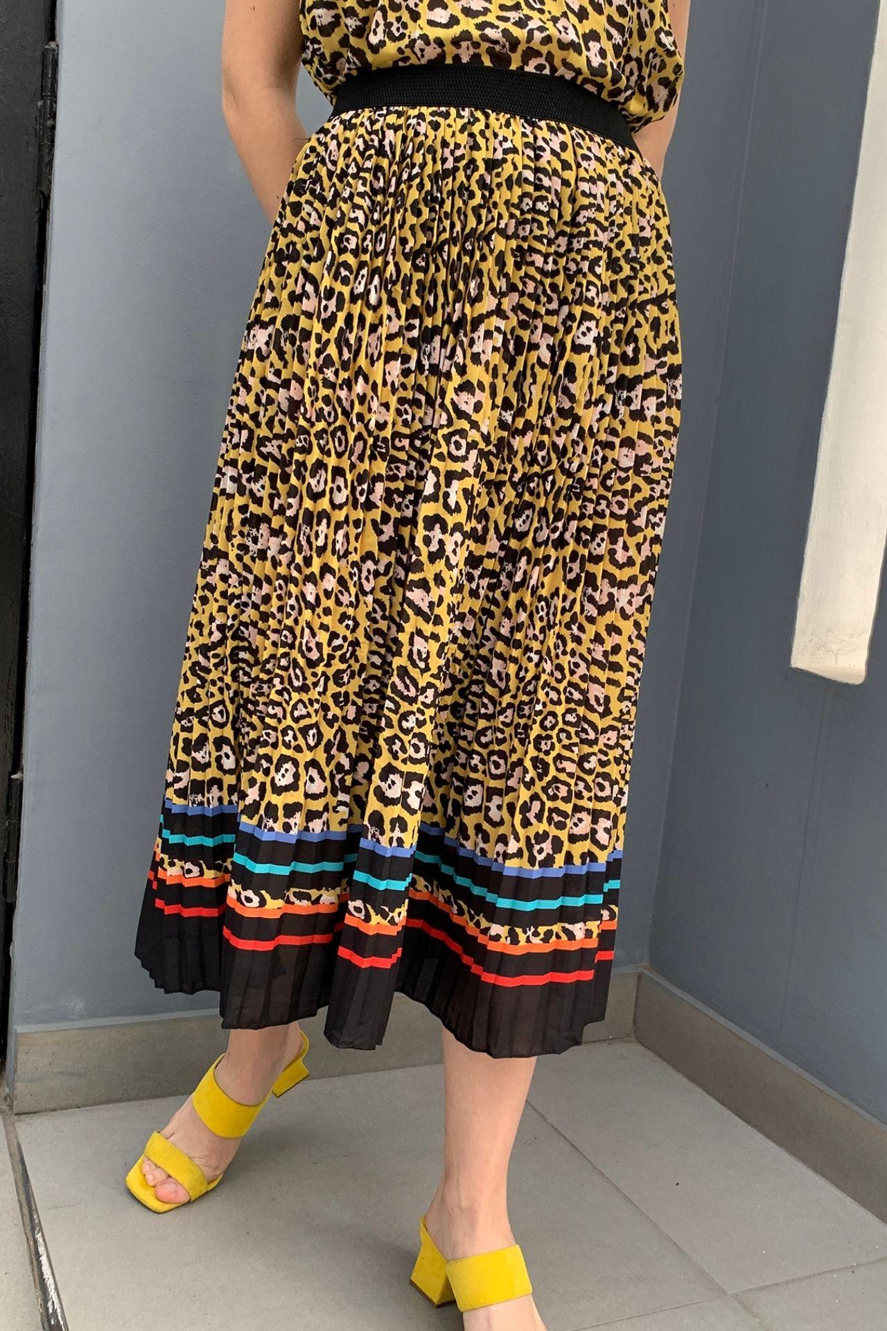 Falda plisada a la rodilla con estampado leopardo con pretina elástica.  Detalles Sin forro Sin cierre Talla standard Made in Italy Material & cuidado 100% Poliester Lavar en agua tibia a mano  Cintura: 34 cm  Largo: 78 cm