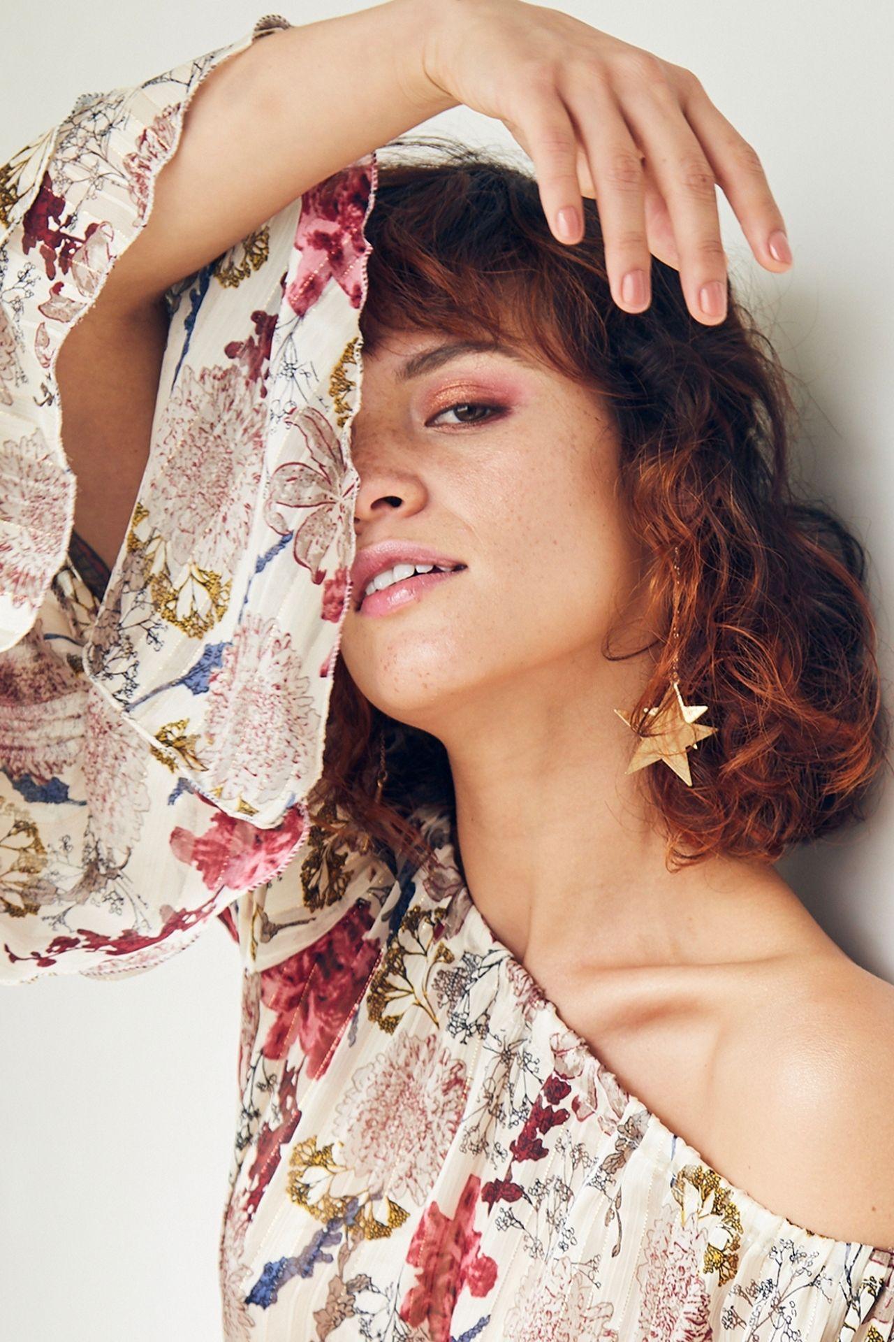 Blusa off shoulder en gasa semi transparente estampado floral y mangas campana.  Detalles Sin forro Talla standard Made in Italy  Medidas:  Cintura: 60 cm  Largo: 58 cm