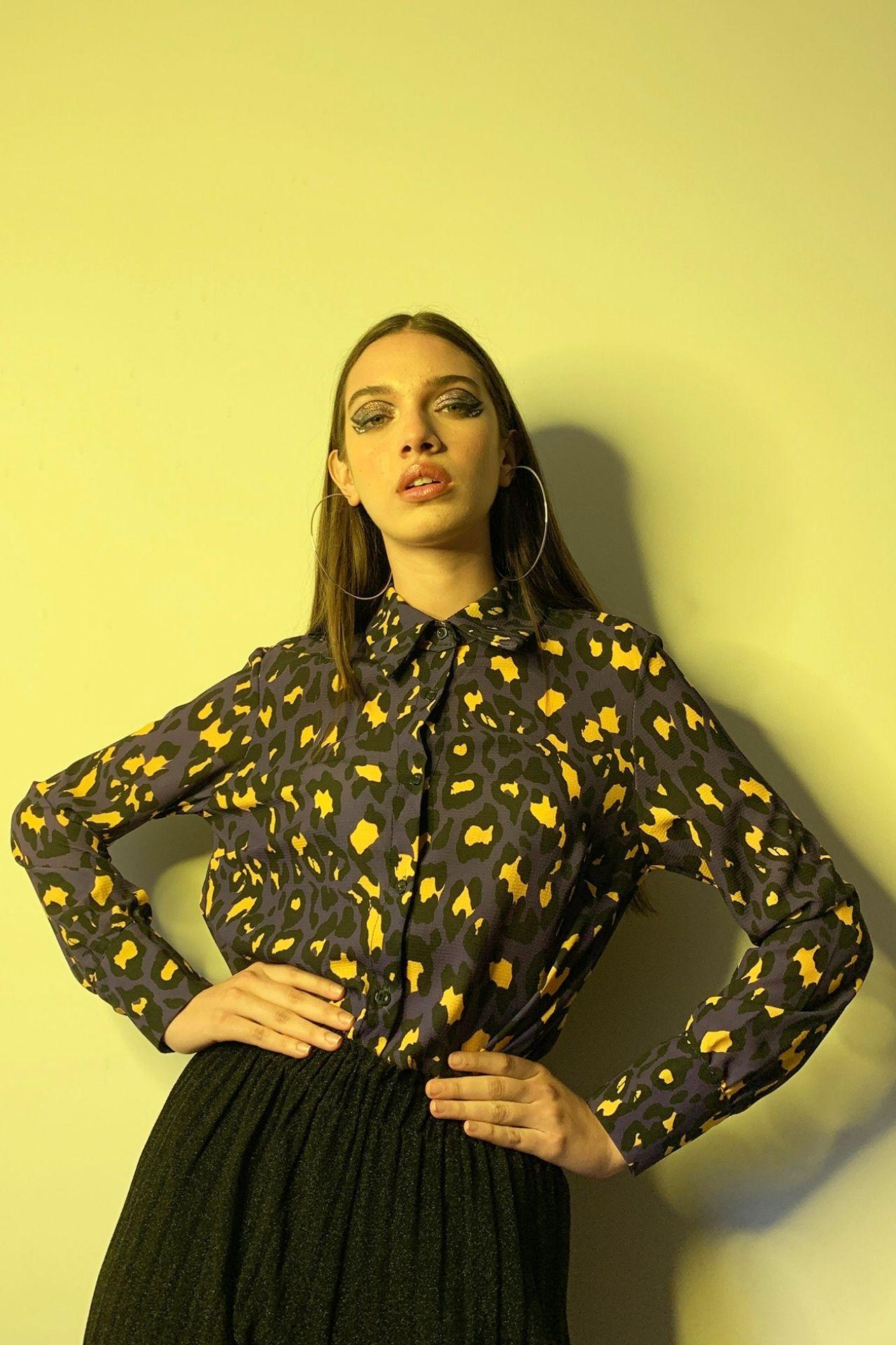 Camisa con botones en gasa estampado leopardo en contraste.  Detalles Sin forro Talla standard Made in Italy Material & cuidado 100% Poliester Lavar en agua tibia a mano  Medidas:  Cintura: 54 cm  Largo: 65 cm
