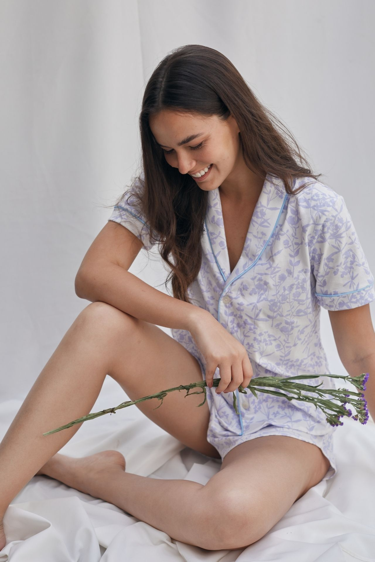Pijama de dos piezas, compuesto por camisa y short. Confeccionado en algodón peruano de alta calidad y con un estampado pintado a mano, exclusivo de la marca.