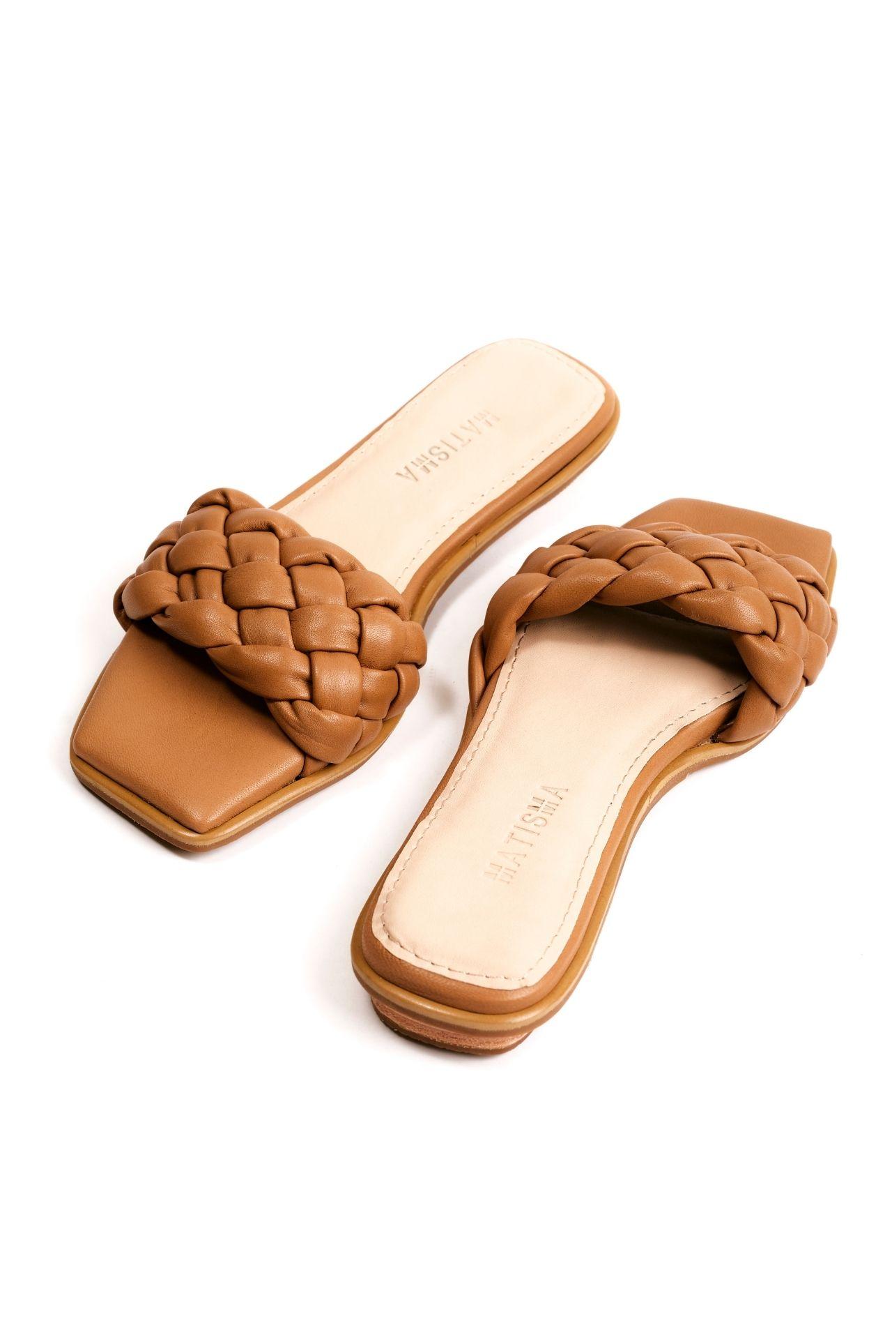 Sandalias con una franja trenzada de cuero camel  CAPELLADA: CUERO NATURAL / FORRO: BADANA NATURAL