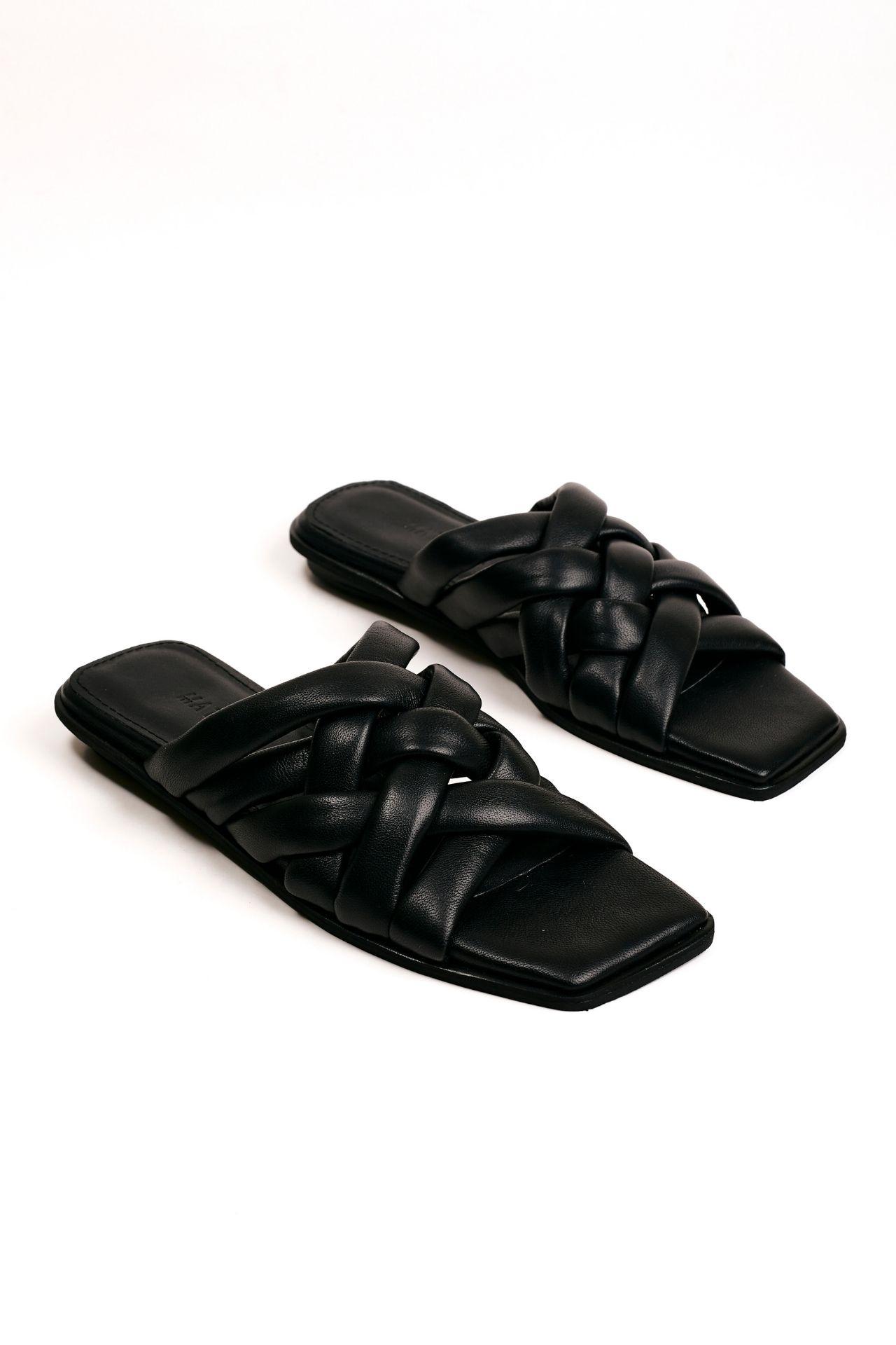 Sandalias con tiras cruzadas de cuero negro