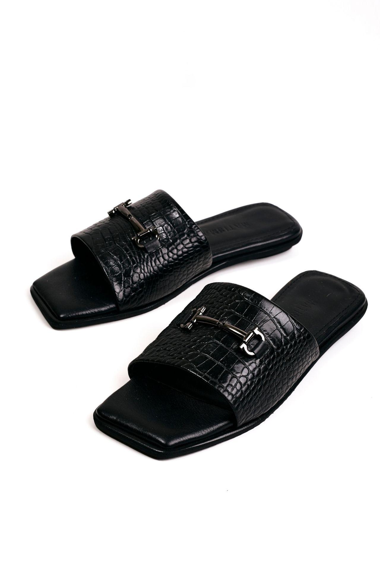 Sandalias con una franja de cuero croco negro  CAPELLADA: CUERO NATURAL / FORRO: BADANA NATURAL