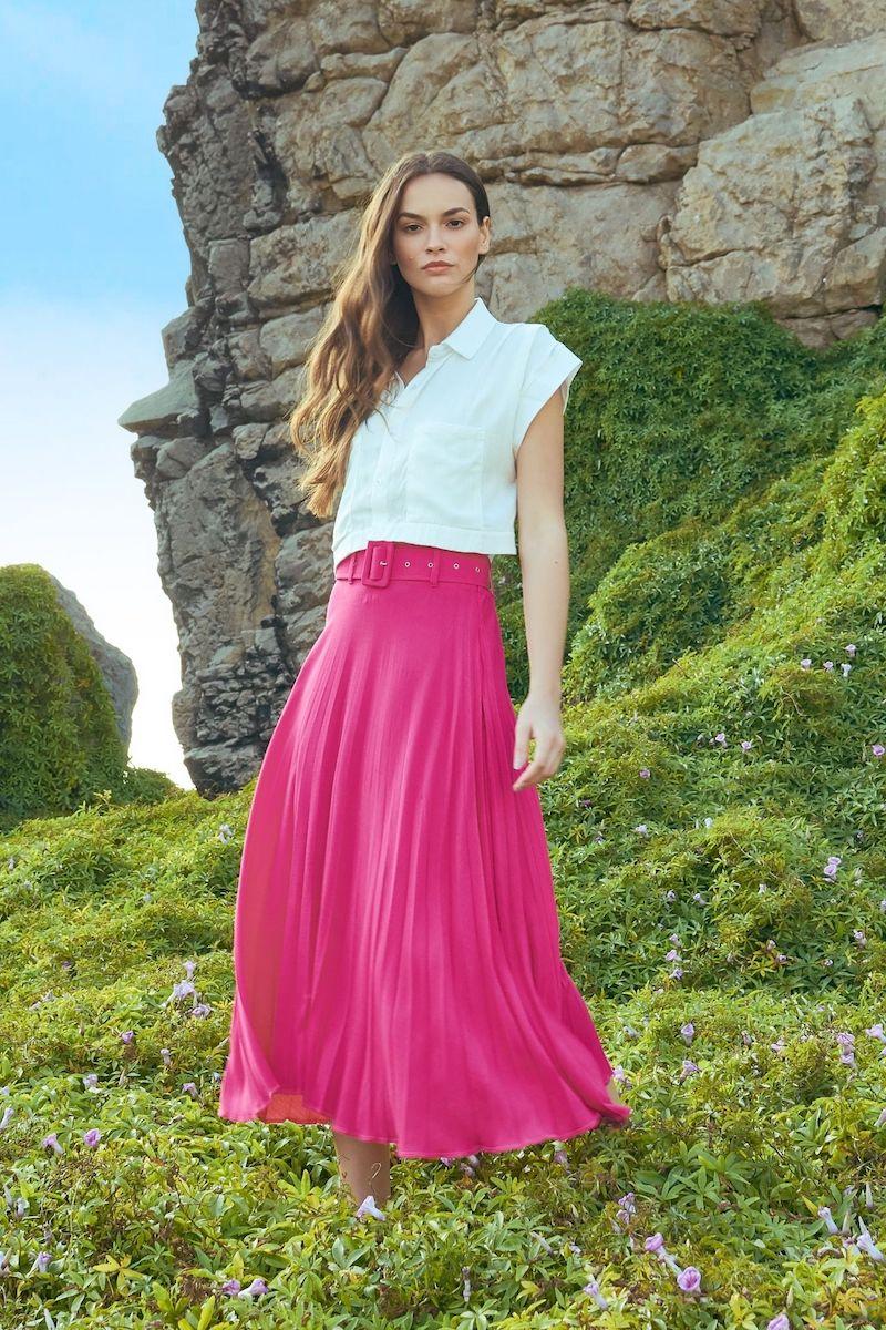 Girasol es una falda con mucha personalidad por tener 3 colores vivos y auténticos.  El material es de lino grueso plisado, además viene acompañado de una correa forrada de la misma tela.  Cierre al costado. Elástico en la espalda.    Medidas:  Talla S:  Cintura- 66 a 75 cms  Largo: 78 cms    Talla M:  Cintura: 67 a 82 cms  Largo: 84 cms