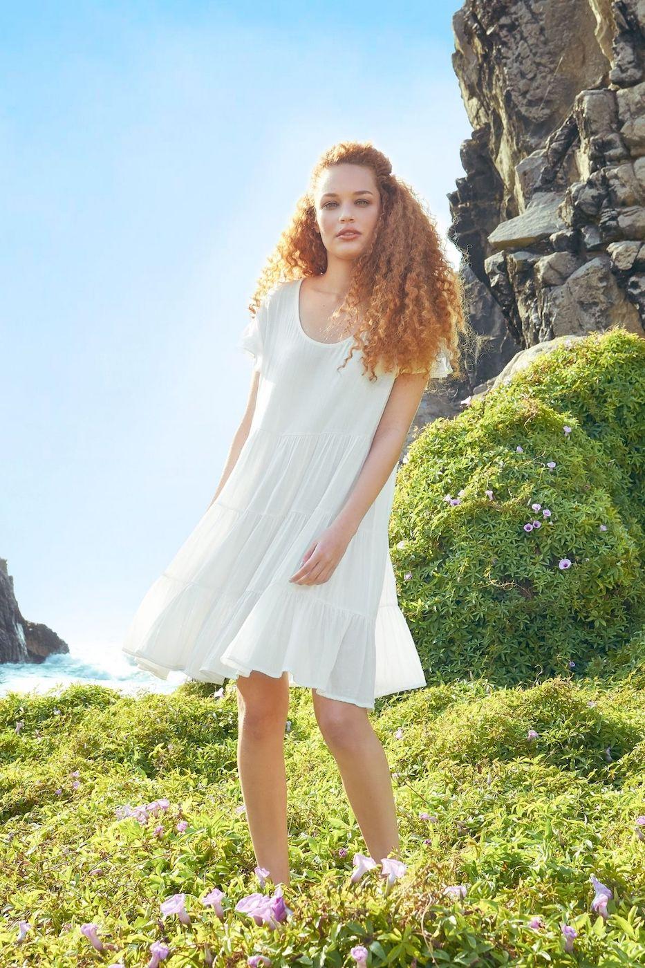 Rosa es un vestido corto de 3 tiempos con volados de bobos en las mangas, es un estilo romántico y cómodo.  Está elaborado de Full Lino, haciendo que la prenda sea súper fresca.  Medidas:  Cintura: 102 cms  Cadera: 126 cms  Largo: 90 cms