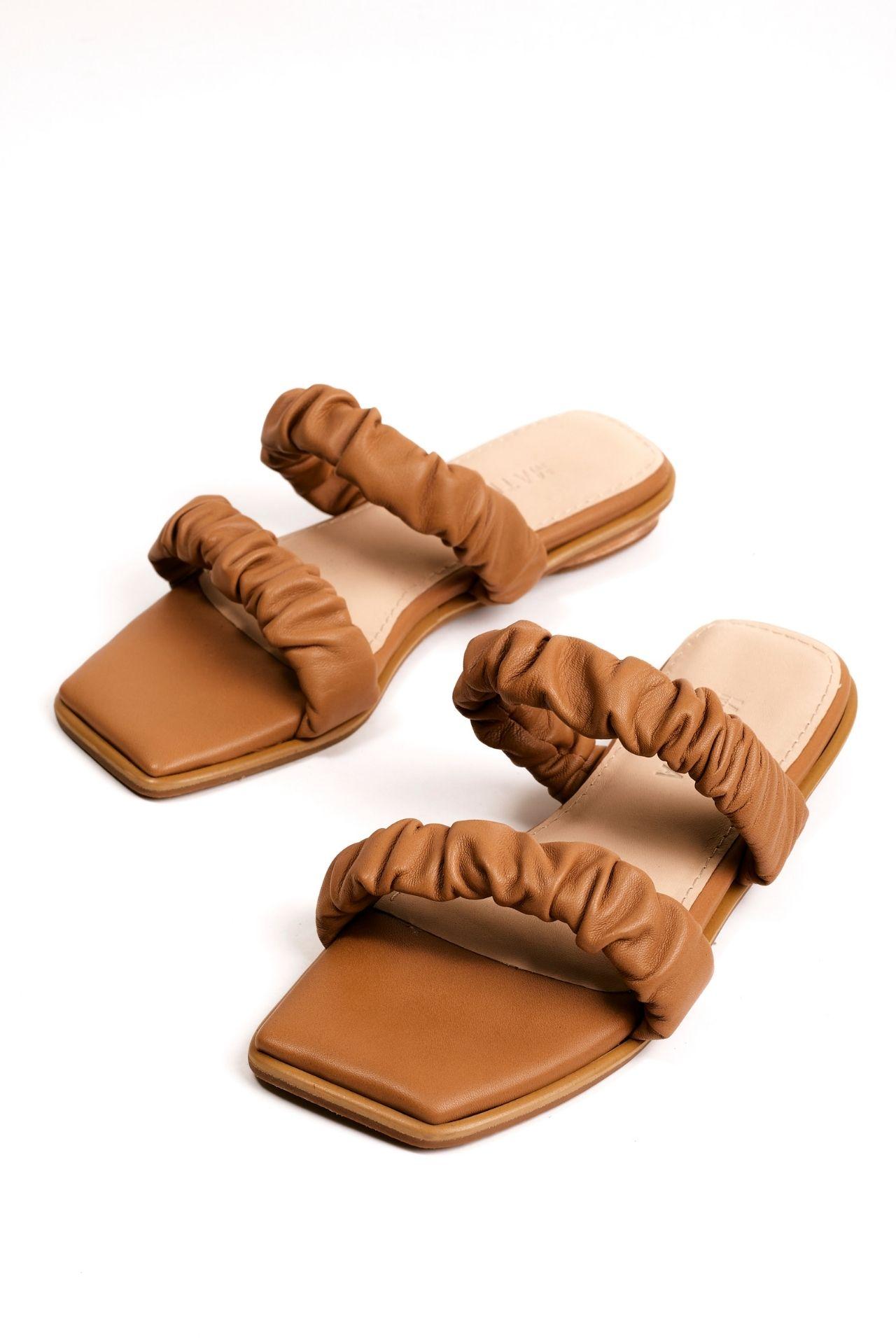 Sandalias con 2 tiras arrugadas de cuero negro.  Material: capellada: cuero natural y forro: badana natural  La horma es exacta, es la talla que usas normalmente.