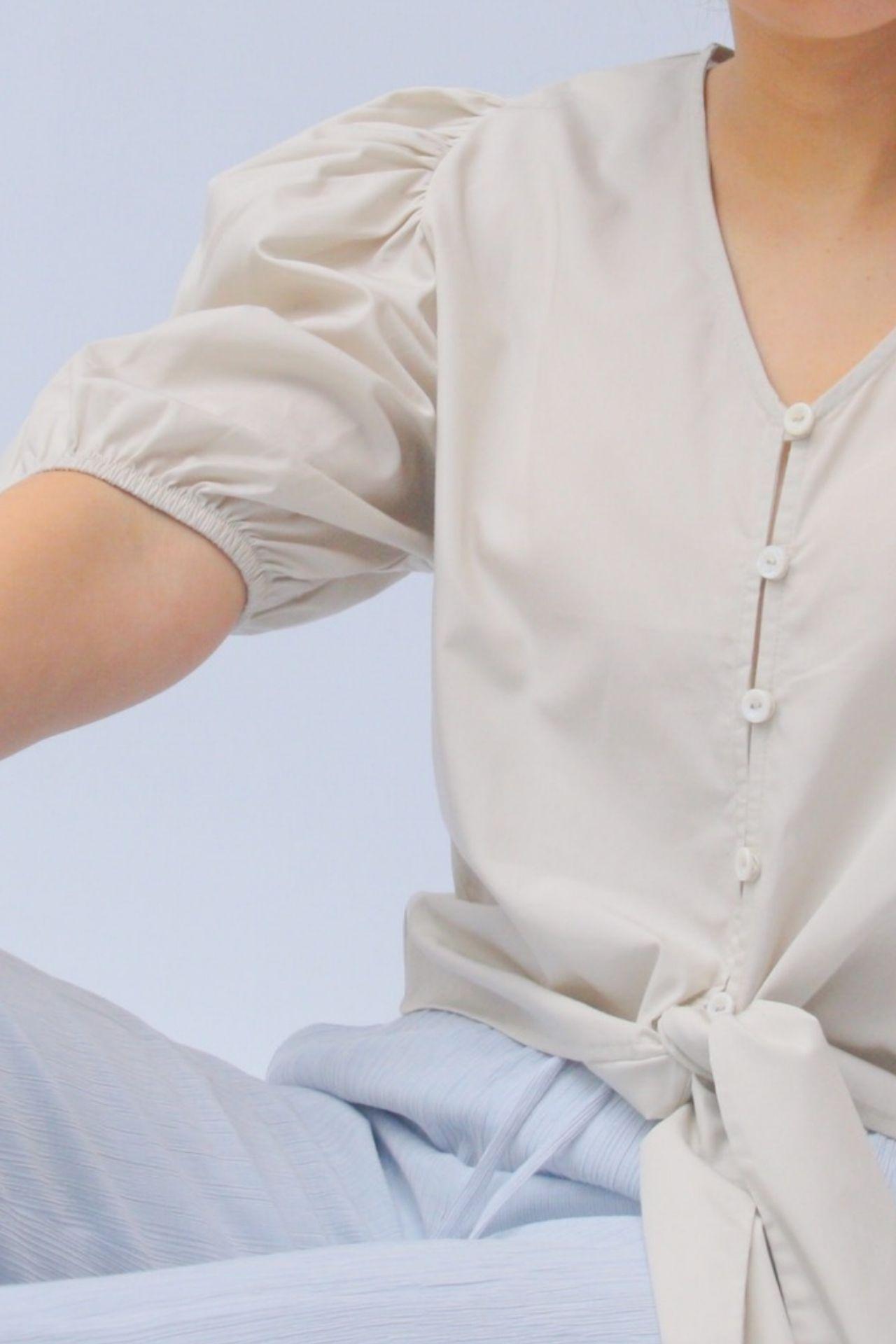 Blusa con mangas anchas  Detalle para amarrar adelante  100% algodon prima  Elegante y versatil  Talla S: largo 48 cm y ancho 44 cm  Talla M: largo 50cm y ancho 46 cm  Talla L: largo 52cm y ancho 48cm
