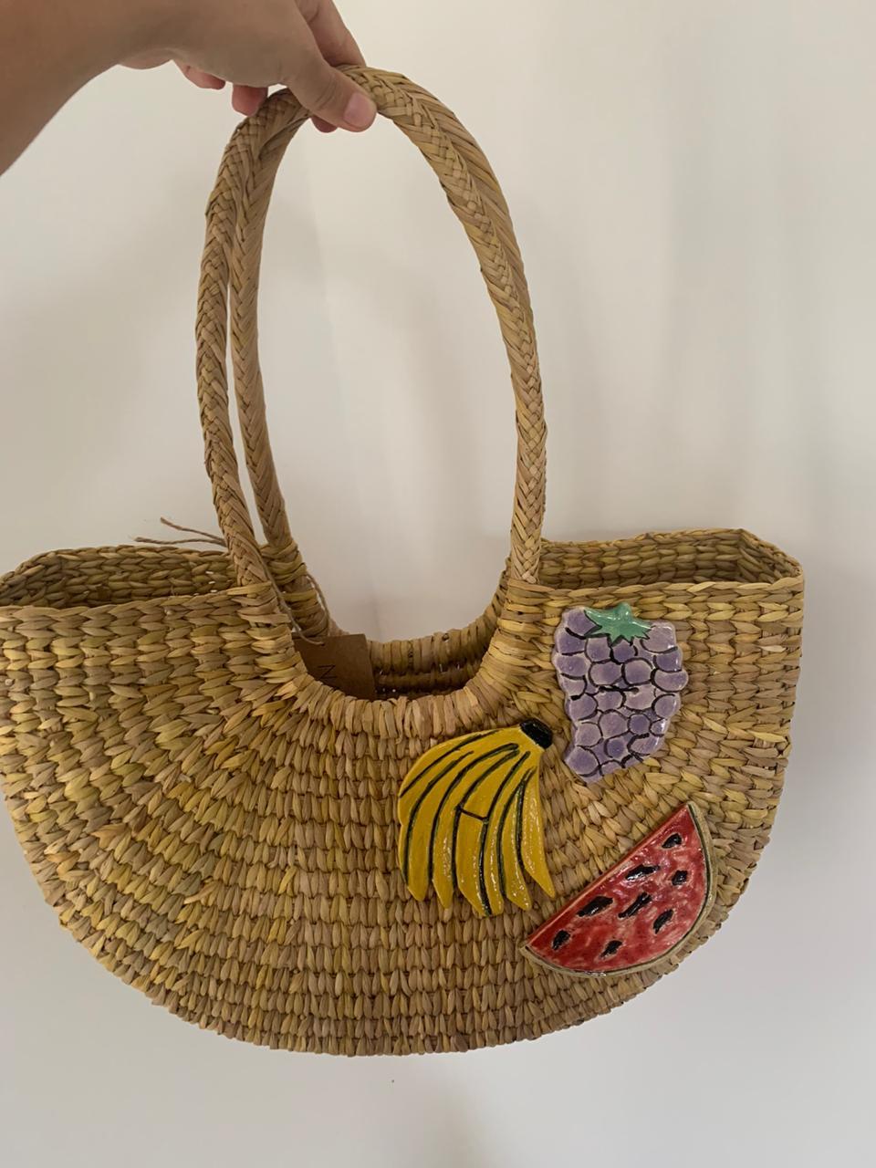 canasta color neutro con aplicaciones de frutas de cerámica