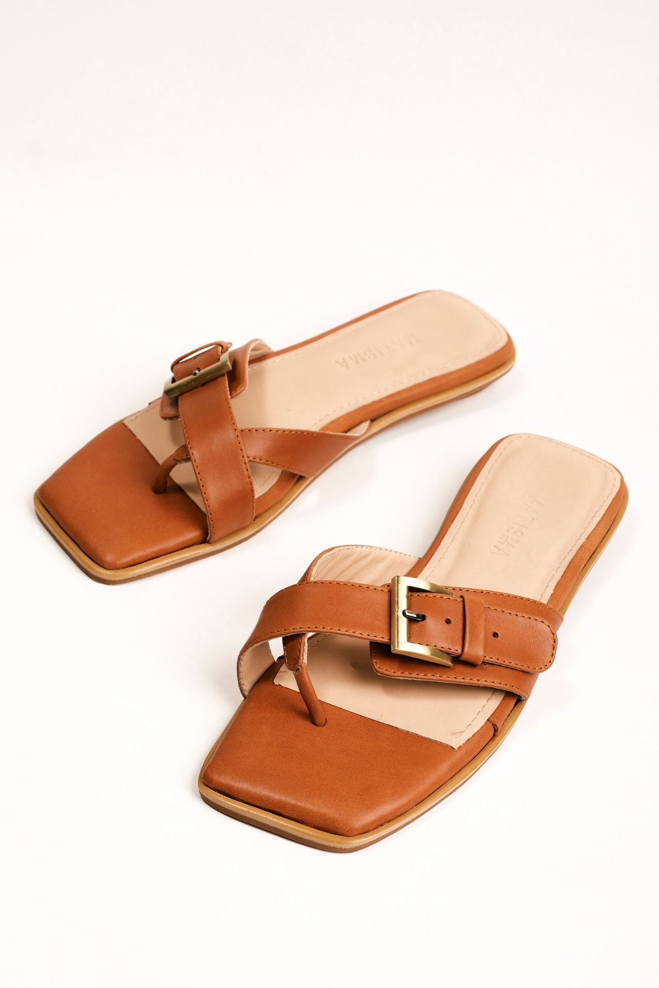 Sandalias de cuero negro con una hebilla.  Material: capellada: cuero natural y forro: badana natural  La horma es exacta, es la talla que usas normalmente.