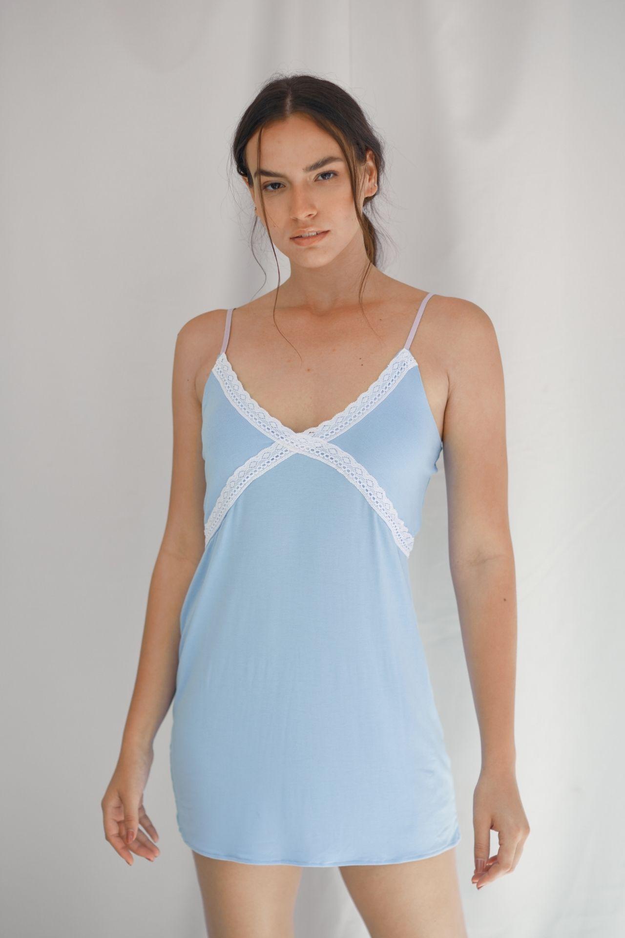 Vestido de pijama en algodón viscosa, para mayor frescura, con detalles de encaje blanco y tiras celestes regulables.  Talla S: busto (88 cm) cintura (86 cm) cadera (90 cm) largo (68 cm)  Talla M:busto (91 cm) cintura (89 cm) cadera (93 cm) largo (70 cm)