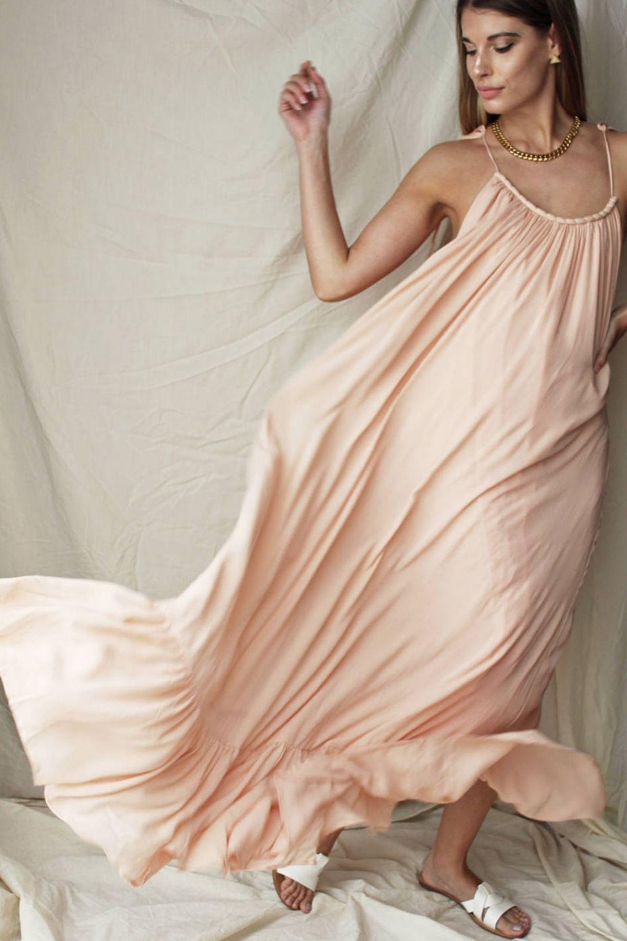 Vestido largo y fluido con escote bote  Color rosa melón  Vestido con forro  Volados en falda  Manga ajustable con cintas  Material triana con forro de rayón