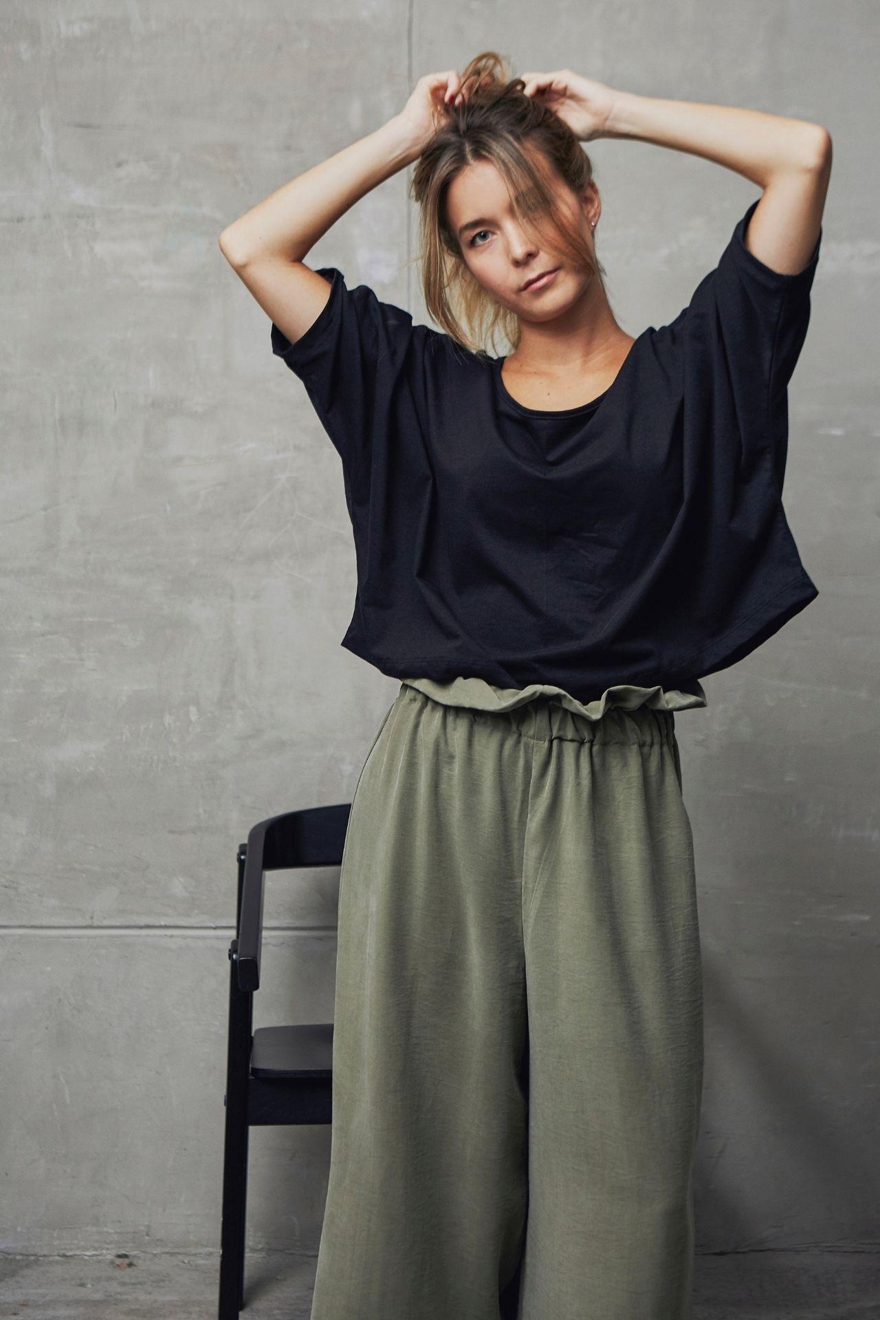 Polo oversized 100% algodon de silueta holgada, corte kimono y largo cropped. Ideal para usarlo con pantalones a la cintura  Talla única  Busto: 160 cm  Cintura: 131 cm
