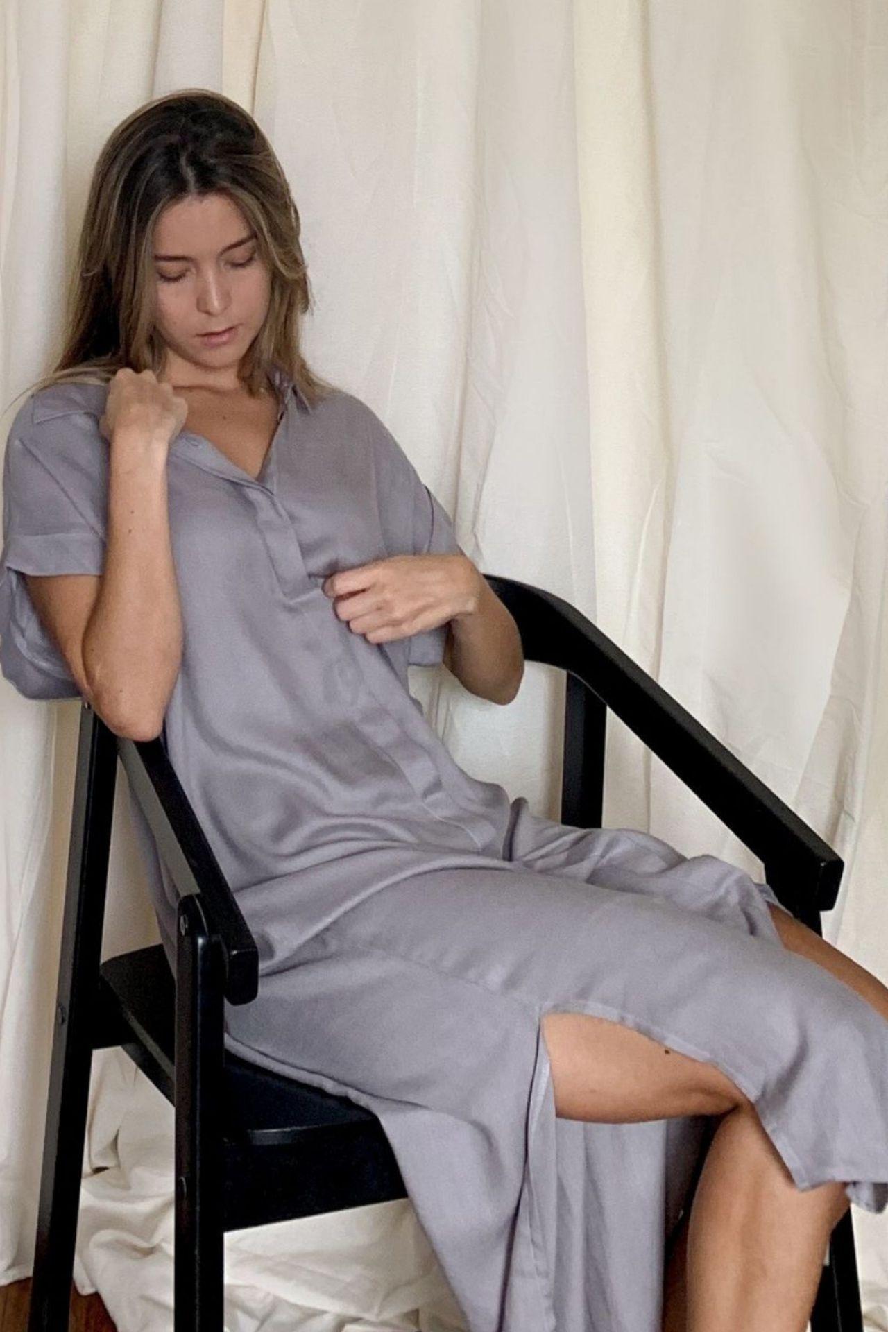 Blusa vestido de silueta holgada, cuello clasico de camisa y aberturas a los lados. Elaborada en 100% rayon  Talla única  Pecho: 120 cms  Largo: 1.20 cms