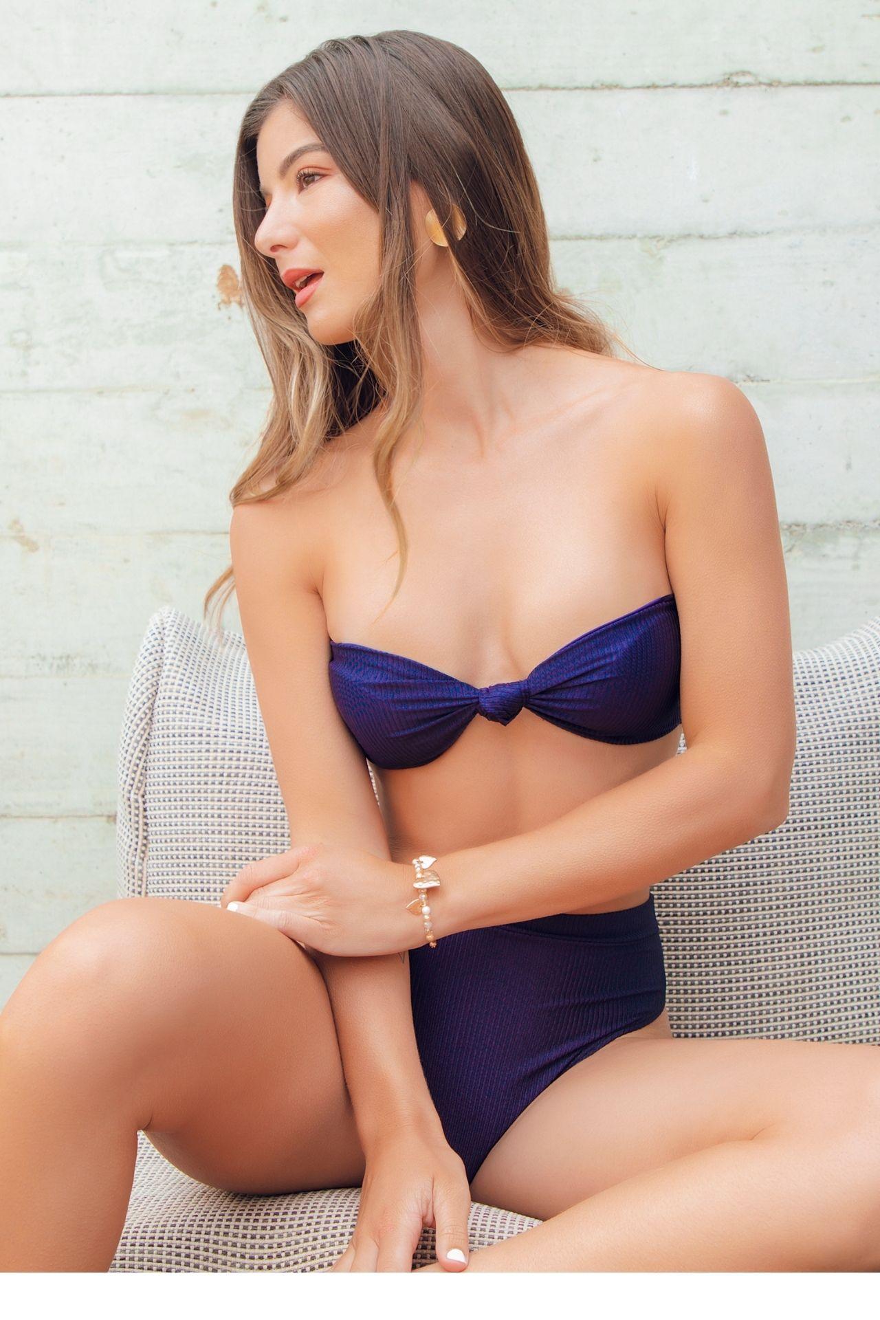 Bikini en tela rib, viene totalmente forrado en tela suave, no transparente. TOP: Lleva nudo en la parte delantera del top, viene con copas suaves y tiras removibles. Amarre ajuste a medida en la parte posterior. BOTTOM: Elegante con cintura alta, lleva recogido en la parte de atrás para levantar cola.  Material: 85% poliamida y 15% elastano.  Medidas:  Busto:  S: Alto de copa: 12 cm ancho de copa: 14 cm Total bajo busto: 103 cm  M: Alto de copa: 13 cm ancho de copa: 15 cm Total bajo busto: 107 cm  L: Alto de copa: 14 cm ancho de copa: 16 cm Total bajo busto: 110cm  Cadera:  S: Ancho de cintura: 29 cm                     M: Ancho de cintura: 31cm  L: Ancho de cintura: 32 cm              Largo:  S: Alto de bottom: 26 cm                M: Alto de bottom: 28 cm    L: Alto de bottom: 29 cm  Viene con tirantes removibles y portabikini de regalo