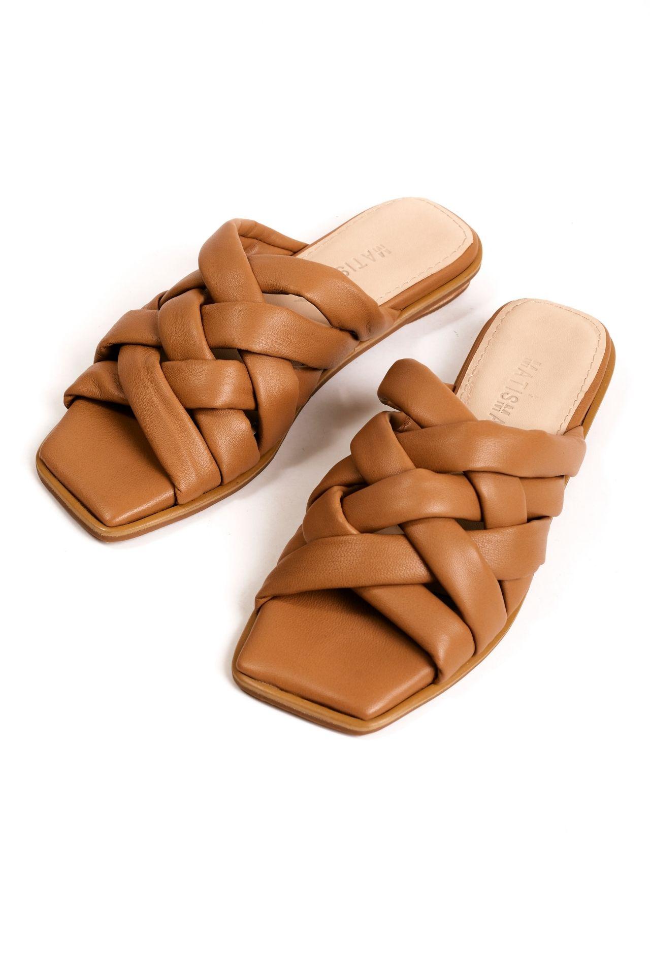 Sandalias de cuero camel con tiras cruzadas. Tiene taco de 1,5cm  CAPELLADA: CUERO NATURAL / FORRO: BADANA NATURAL
