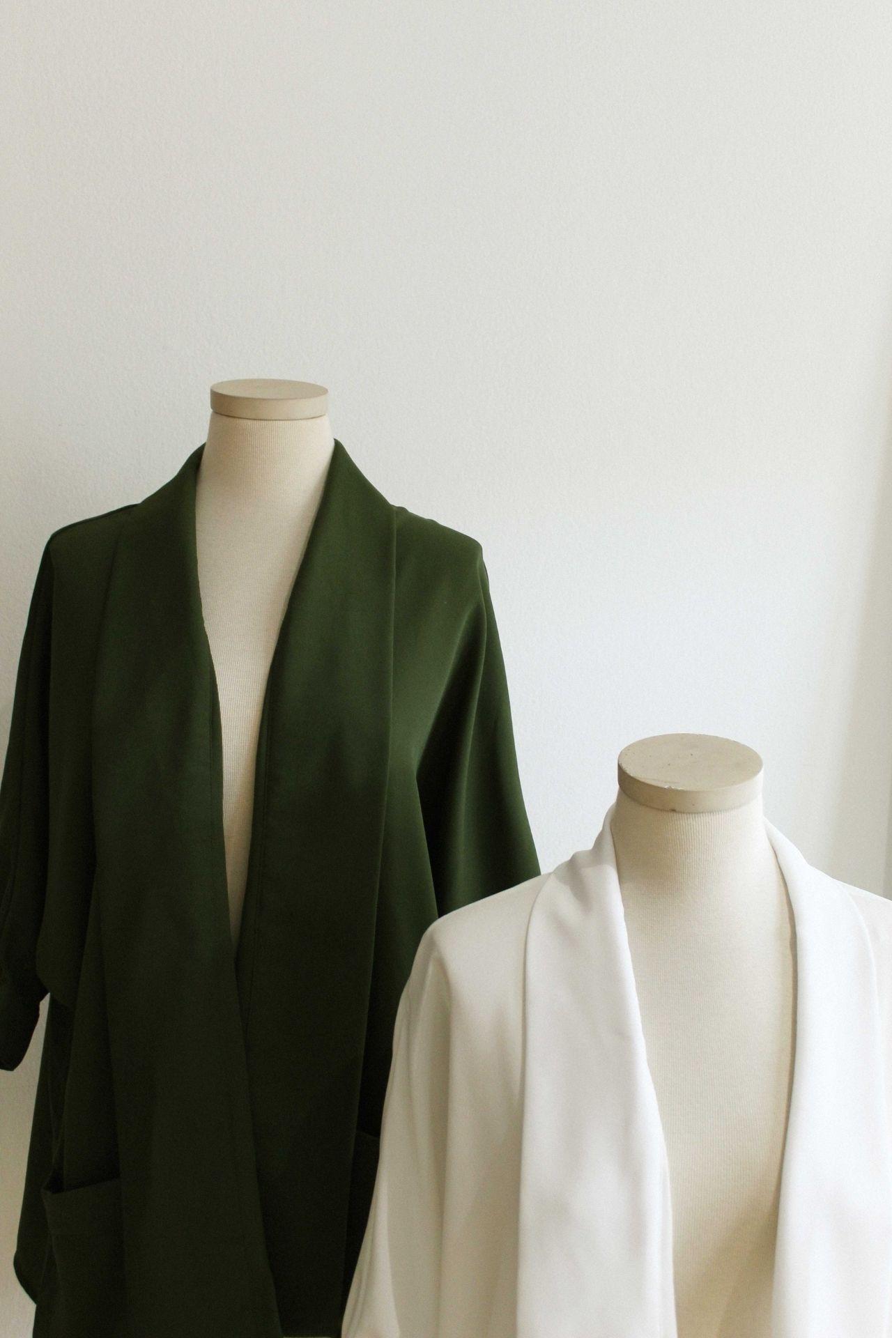 Kimono estilo camisero de silueta relajada Detalles: • Cuello esmoquin. • Botones en puño. • Bolsillos estilo parche. • 100% algodón