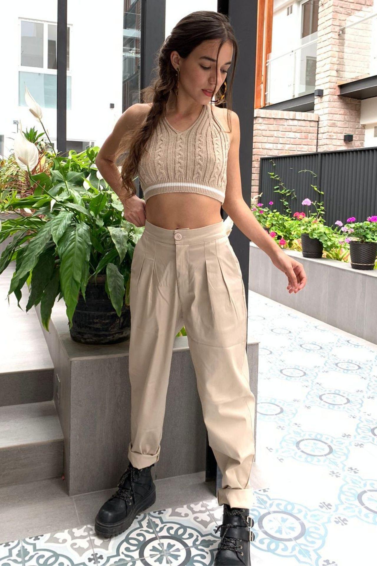 ¿Incomoda con los pantalones? Encontraste el fit perfecto para estar relajada y cómoda todo el día. Los Slouchys cotton a la cintura de Maja Since 2020.  Encuentralos en 3 colores: Palo Rosa (Nude), Fresa (Fucsia) y Beige. Muy versátil para ponerse con un top o una blusa a la cintura.  En talla S: 25-28 en pantalón.  En talla M: 30-34 en pantalón.