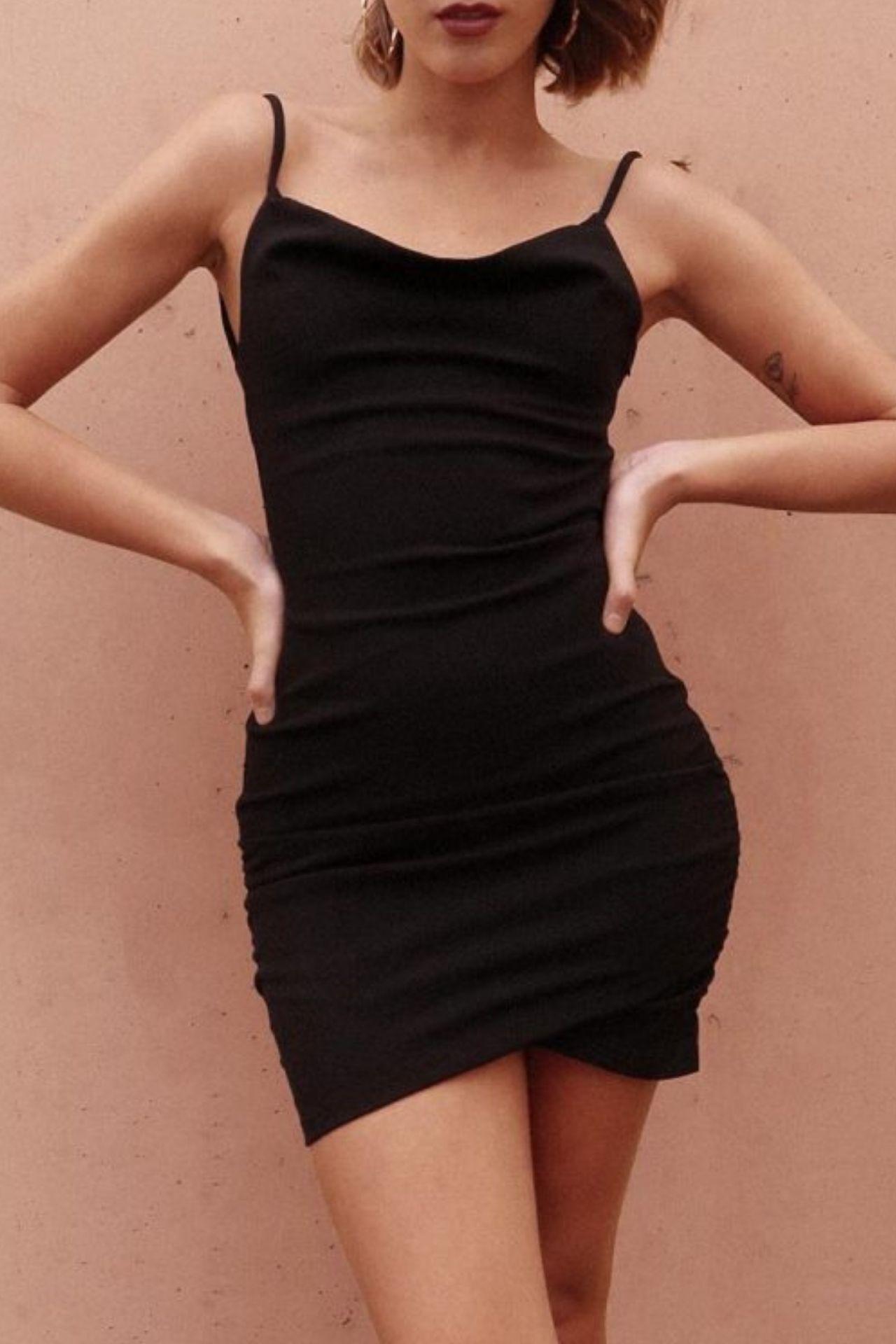 Vestido de tiras con silueta mini, ceñido al cuerpo.  Detalles: • Escote recto • Cierre invisible en espalda • 100% poliester.