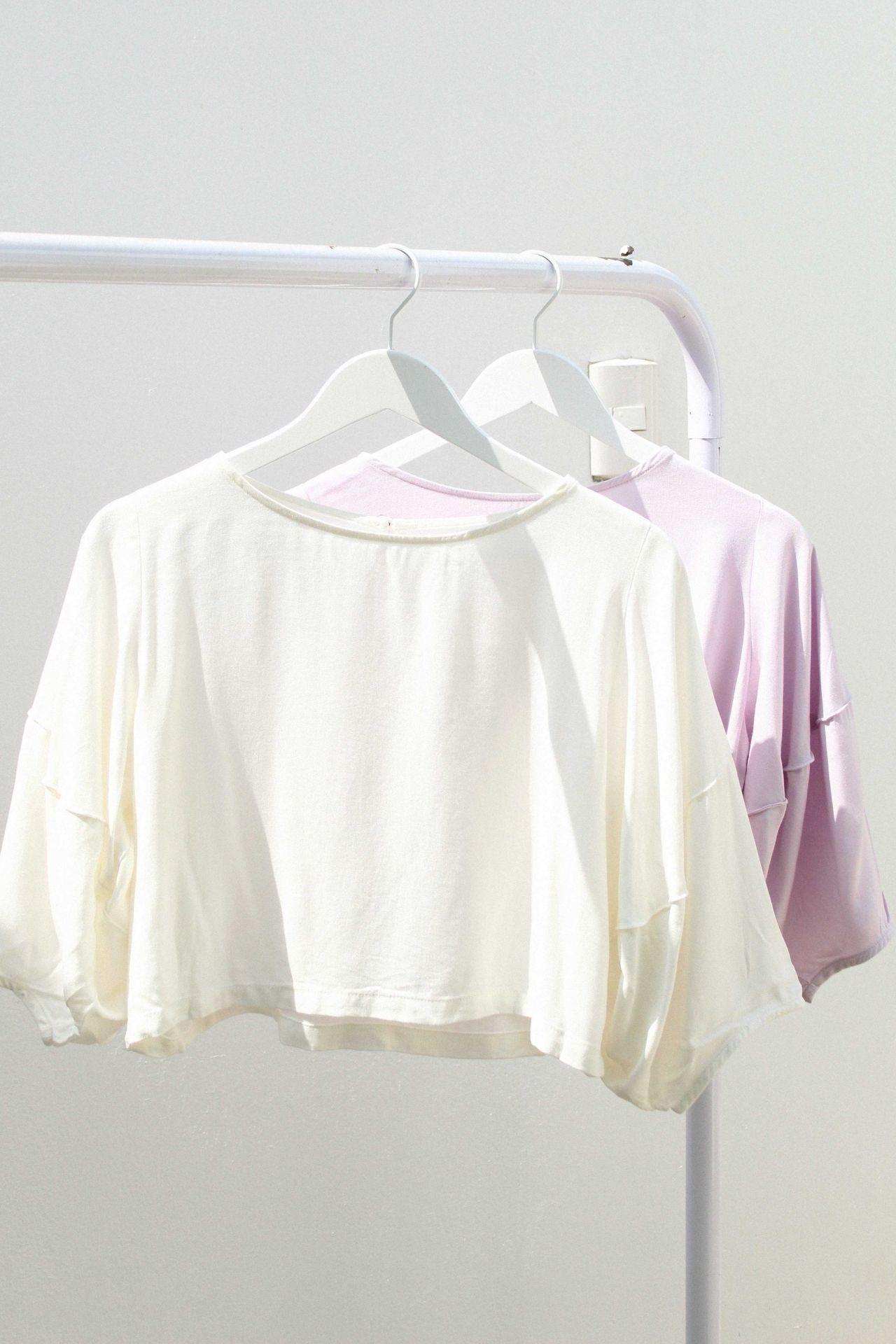 Blusa de cuello redondo con mangas cortas amplias. Detalles: • Detalle de botón en espalda. • CHALIS