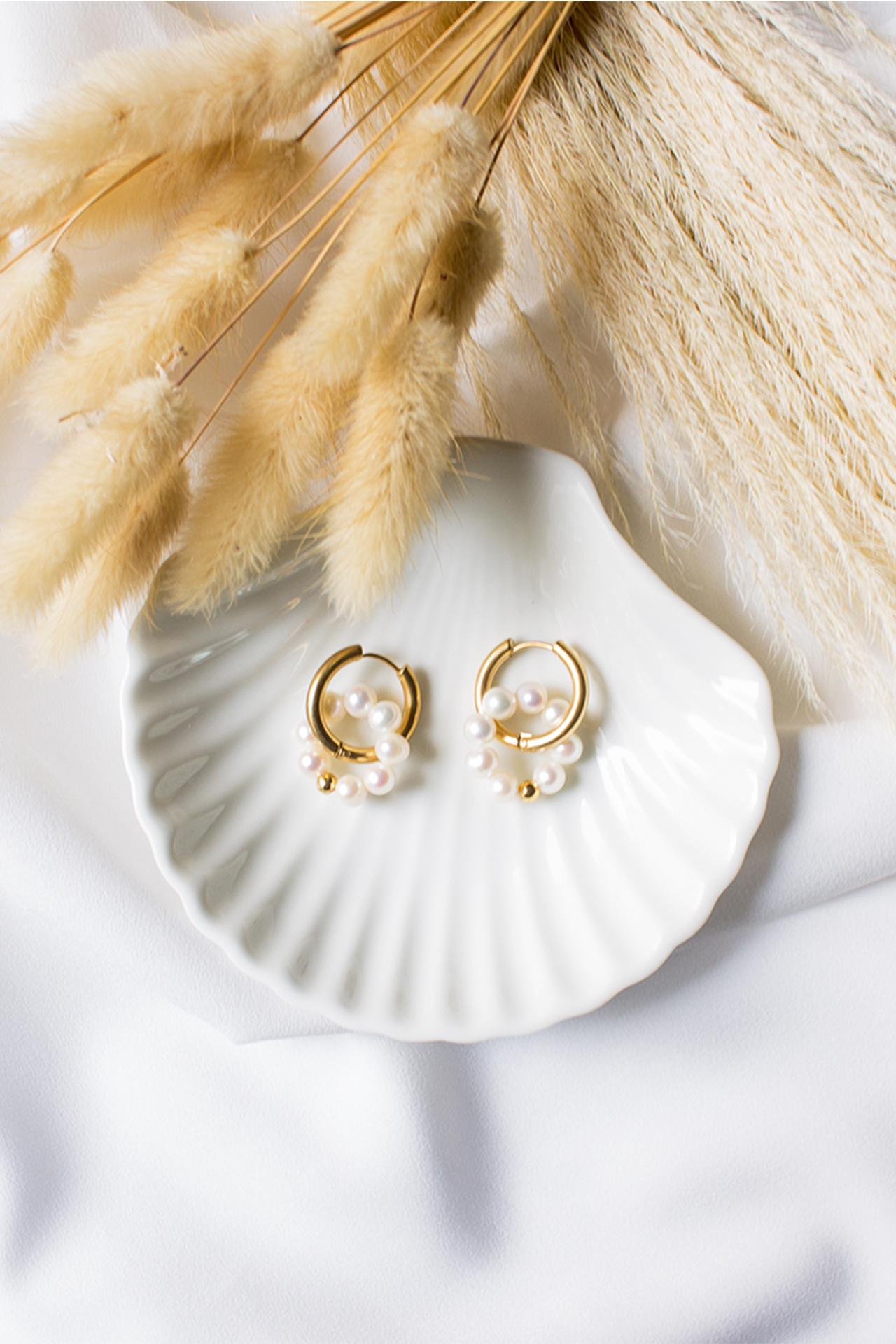 Aretes con perlas de río. Base y accesorios de acero. Diámetro: 2 cm