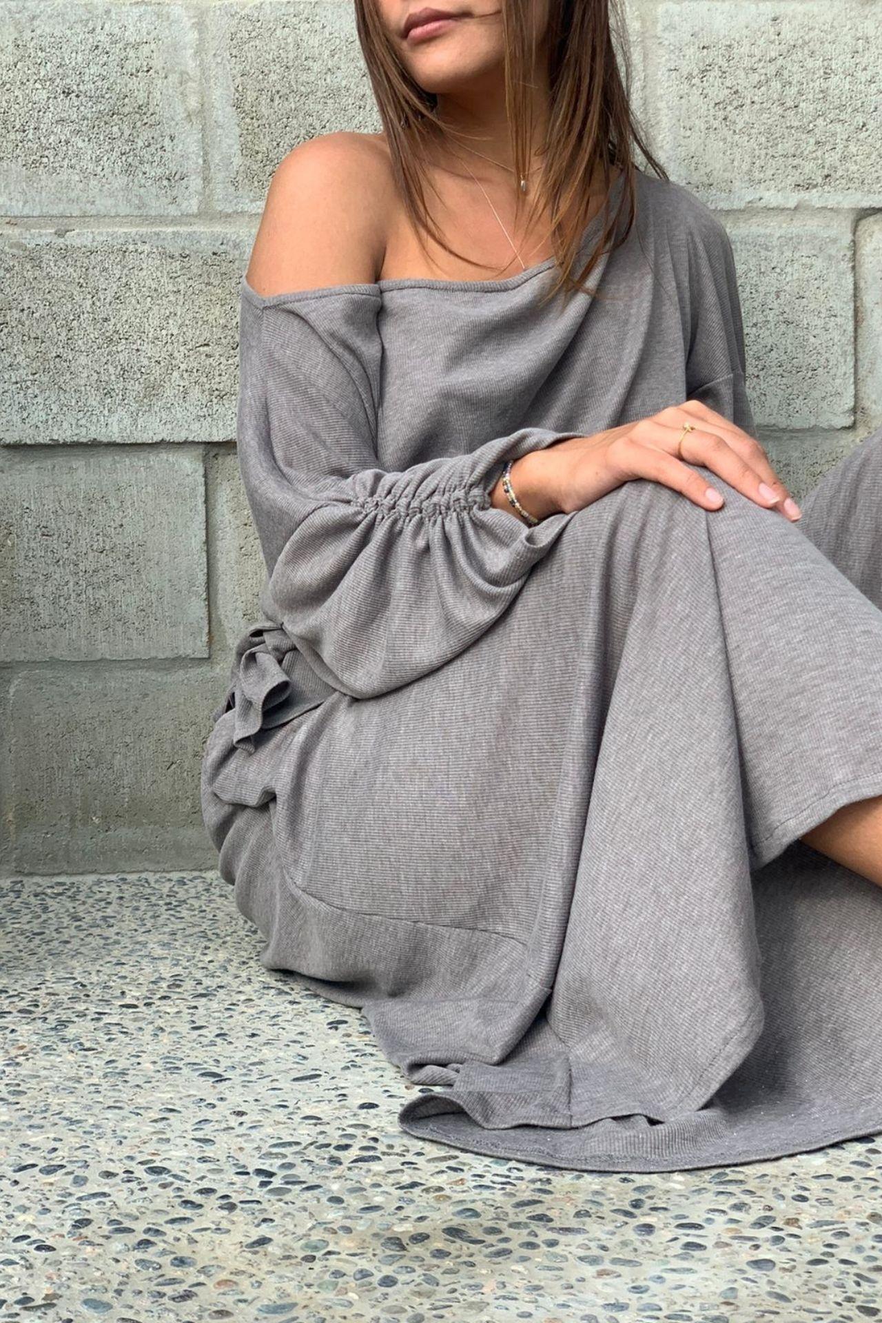 Polo de algodón muy cómodo con detalle en el brazo.  Es talla standard, es suelto.  Le da a una talla S M o L.