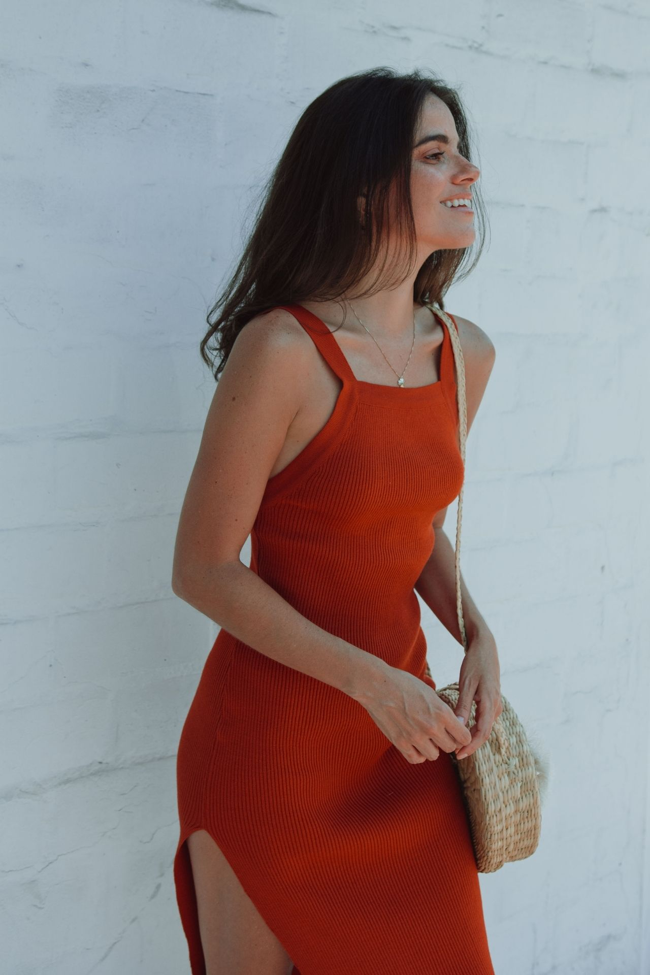 El vestidoAriel en color lacre y beige se estará entregando a partir del15de abril.  Vestido de hilo algodón tacto con cuello recto, espalda descubierta y abertura en la pierna izquierda hasta la altura del muslo  Medidas:  Busto (32 cm) cintura (30 cm) cadera (38 cm) largo (108 cm)