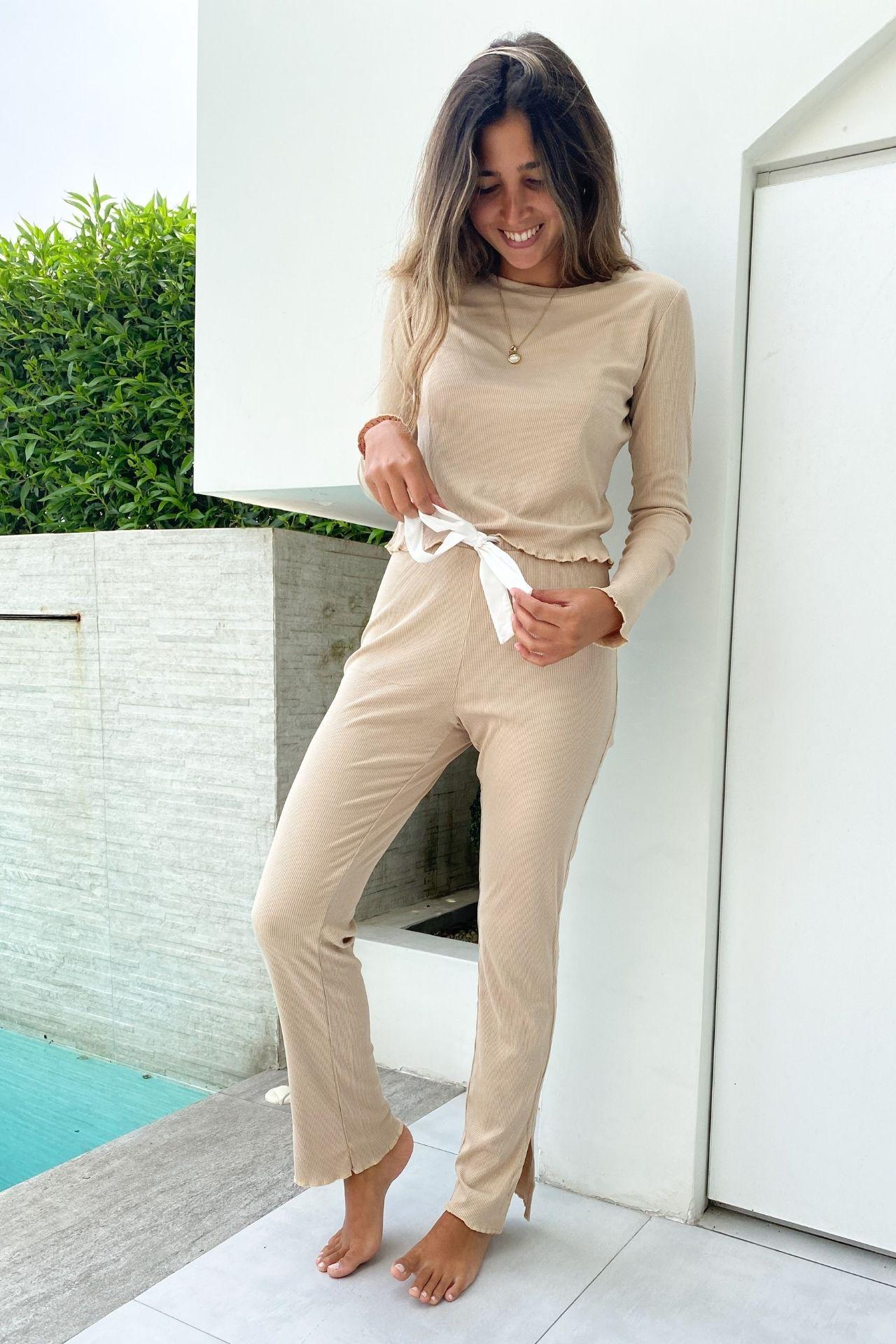 Pijama de algodón rib viscosa perfecto para este invierno.  Con detalles en bastas y terminaciones de polo y pantalón.  Cuidados: no usar secadora, lavar con agua fria.