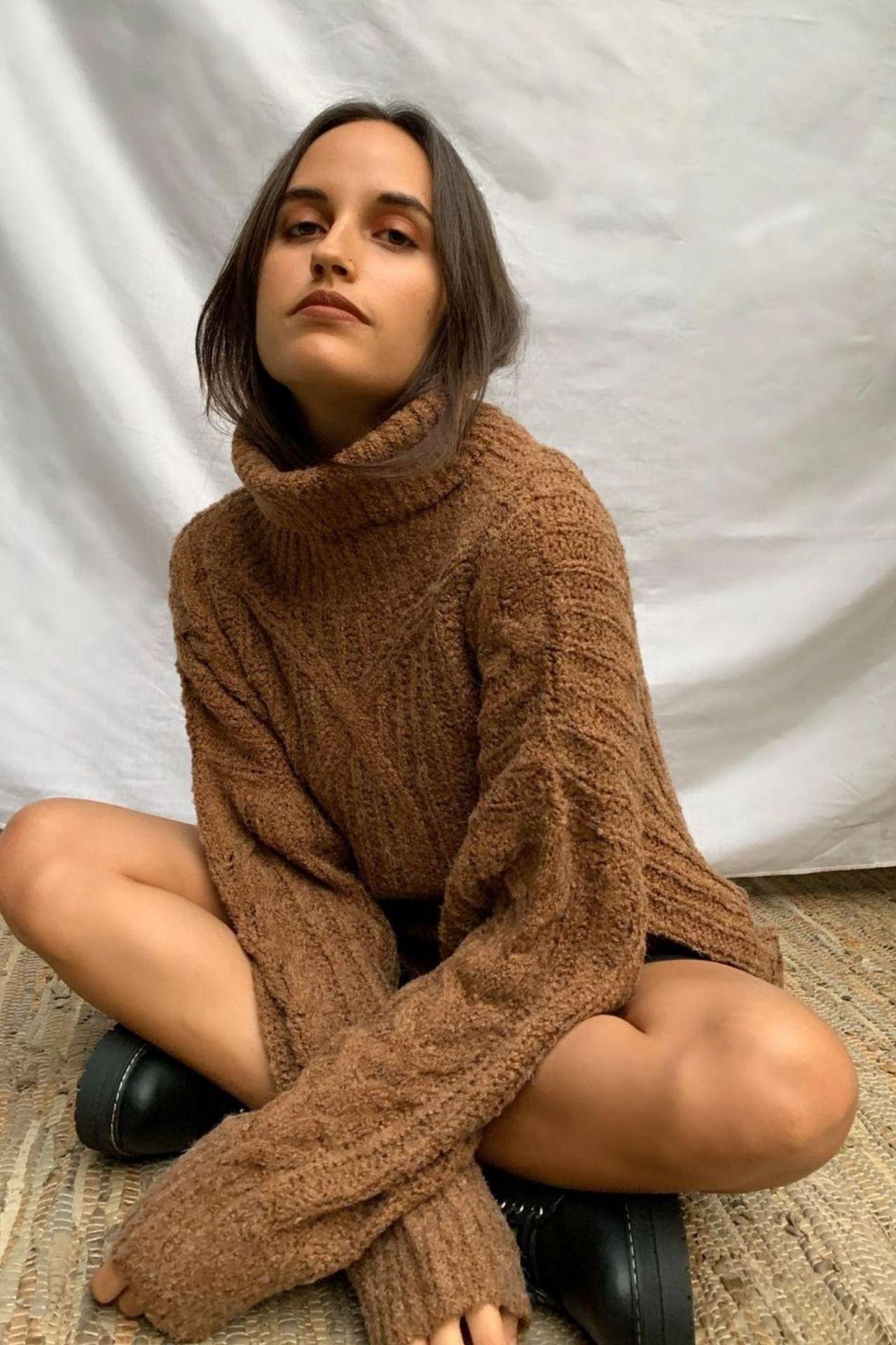 Chompa de cuello alto Oversize tejidaen lana sintética.  Es una chompa gruesita, abrigadora y queda holgada.  Es muy cómoda y no pica.  Talla standard.  Medidas:  Largo: 68 cms  Ancho: 120 cms  Largo de la manga (hombro a la muñeca): 70 cms