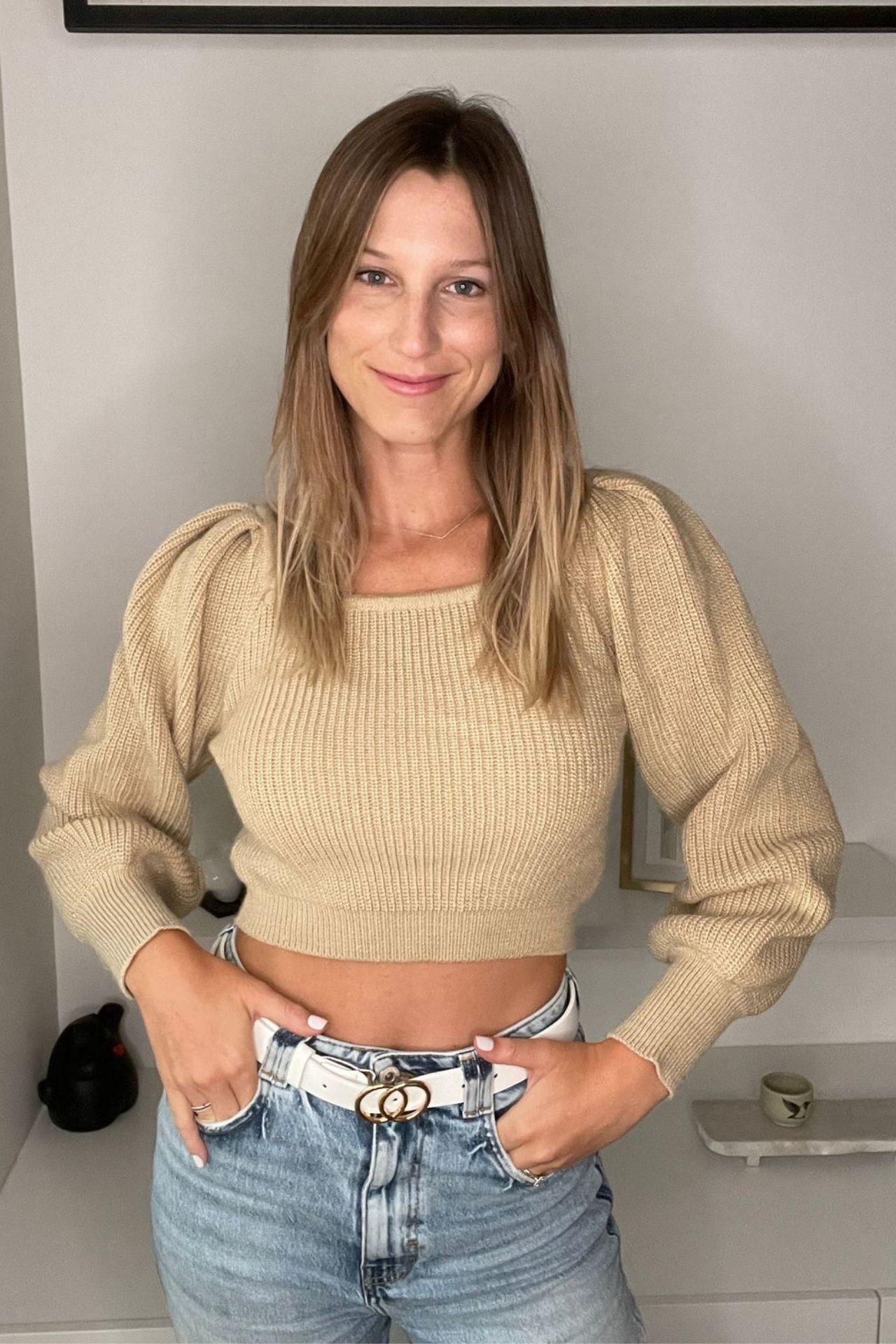 Sweater con Mangas Abullonadas, escote cuadrado y Suave al tacto.  Material Hilo Algodón.  Busto:90cm