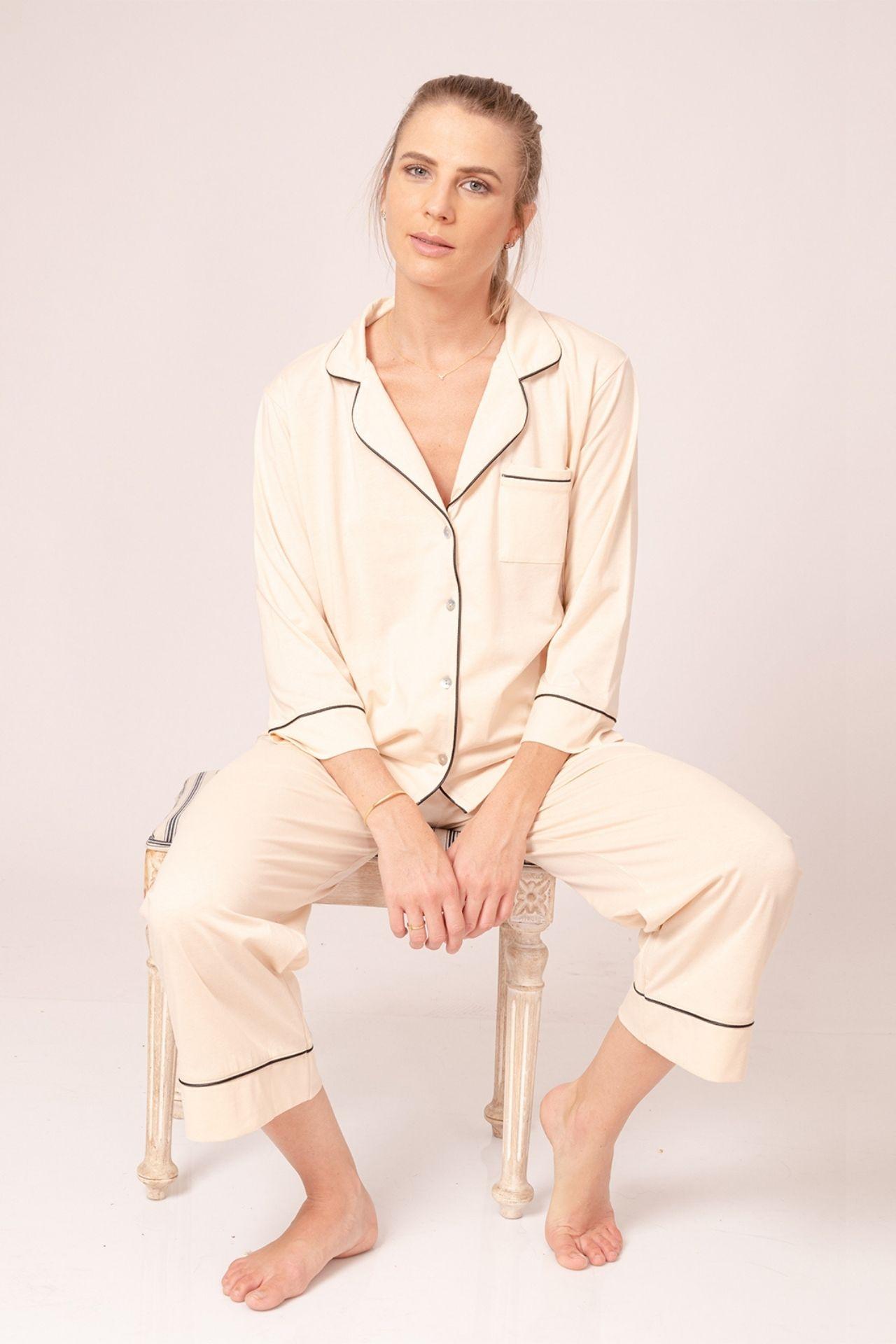 Set de 2 piezas. Polo manga 3/4 corte tipo camisa y cuello V. Color entero. Sesgo decorativo en cuello, puños y basta de pantalón midi. Composición: 100% algodón pima.