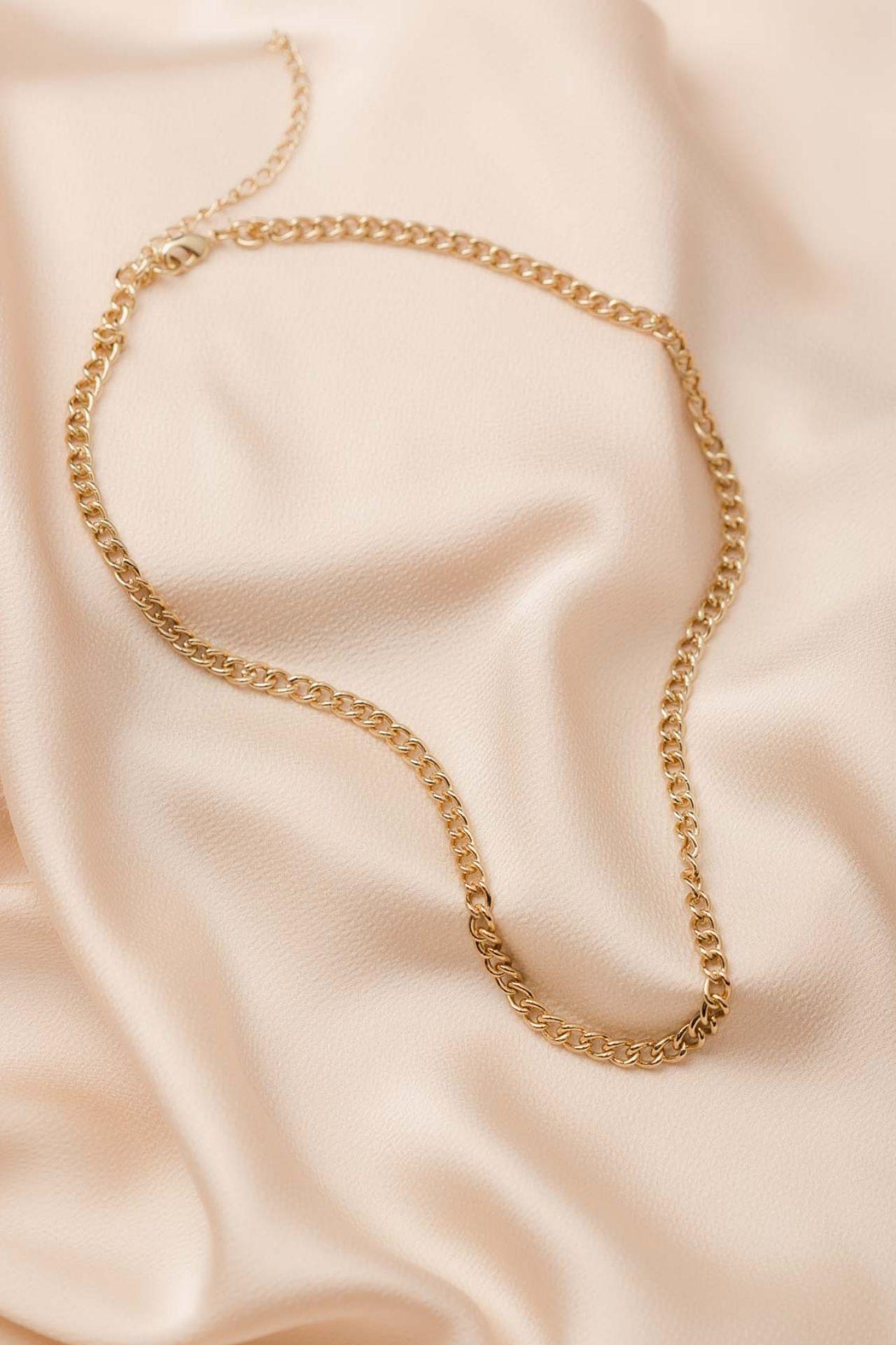 Medida: Largo 48 cm. de largo + 8 cm. extra regulable  Material: Metal bañado en oro de 18k.  Cuidados: Evitar la exposición al agua o humedad extrema.