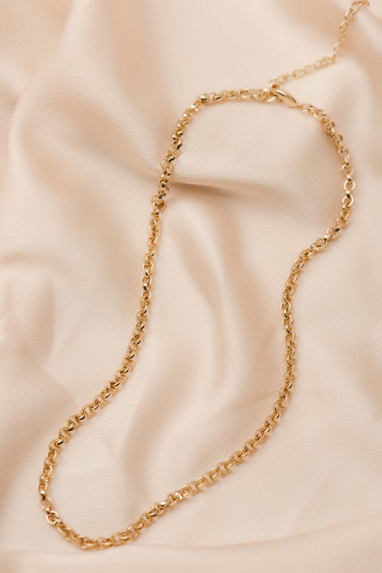Medida: Largo 48 cm + 8cm. extra de regulable  Material: Metal bañado en oro de 18k.  Cuidados: Evitar la exposición al agua o humedad extrema.