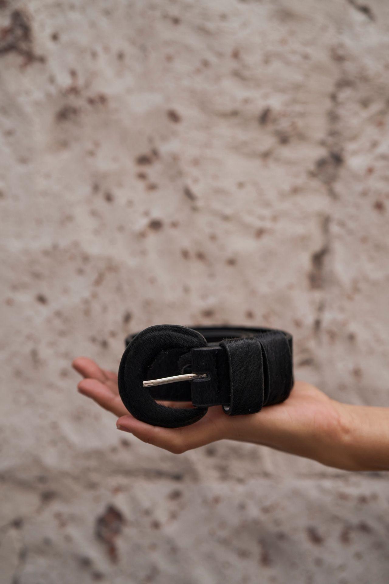 correas de cuero y piel con hebilla forrada. Incluye doble pasante para agarrar la correa  Talla S:24-26 TALLA  Talla M:28-30 TALLA  Horna talla S: 100 cm  Horna talla M: 111 cm  Ancho de correa: 3.5 cm