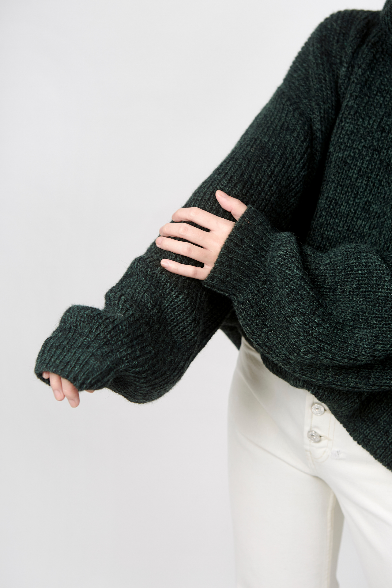 sweater de textura gruesa, muy abrigador y cómodo cuello alto, hombros caidos, silueta y mangas oversized pretina a la altura de la cadera material: 50% alpaca, 45%acrililo y 5% lana  Busto: 60 cm