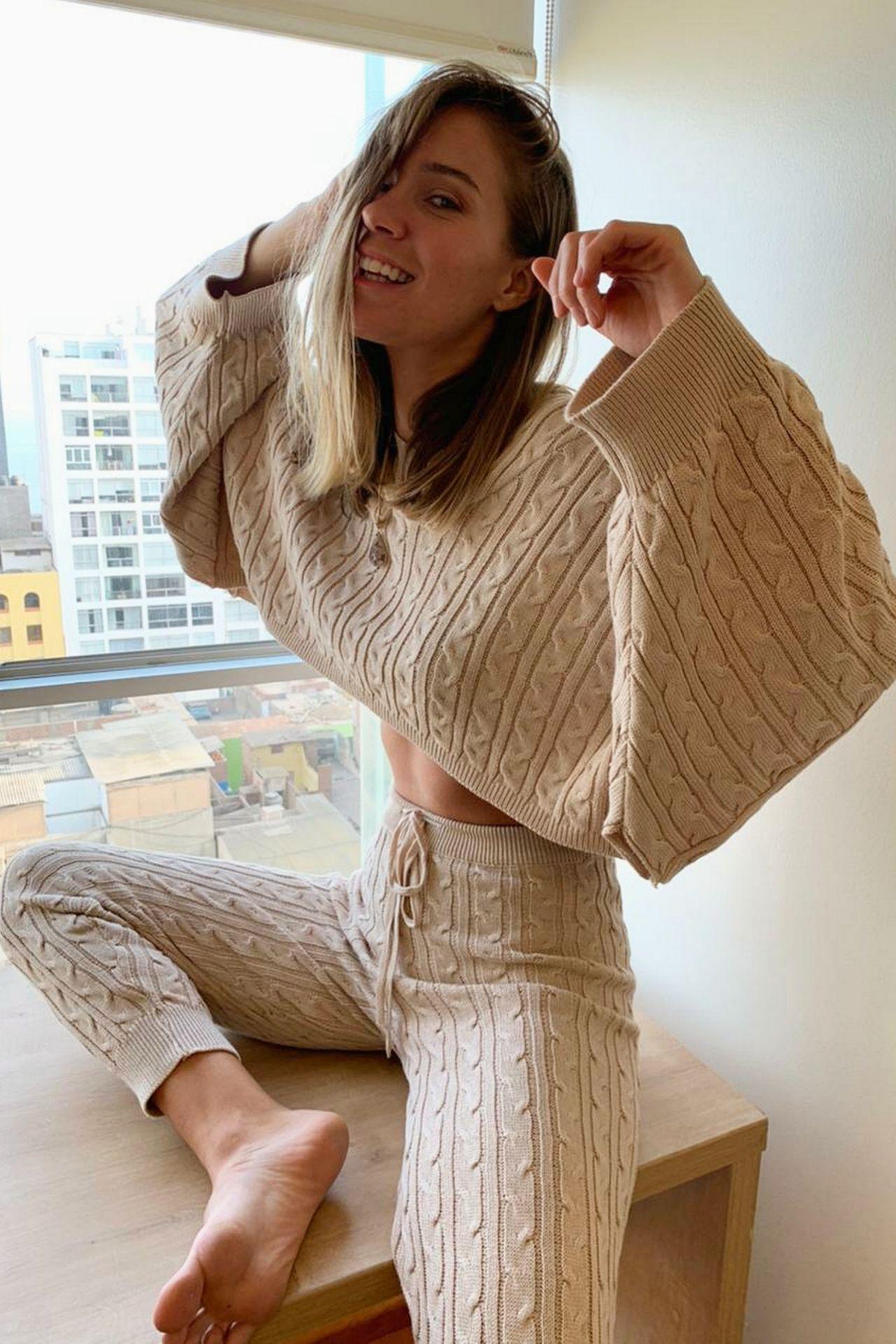 Sweater con mangas amplias y capucha, un #musthave para sentirnos cómodas esta temporada.  Diseño punto trenzado & canales.  Material : Hilo algodón peruano.  Busto: 90 cm