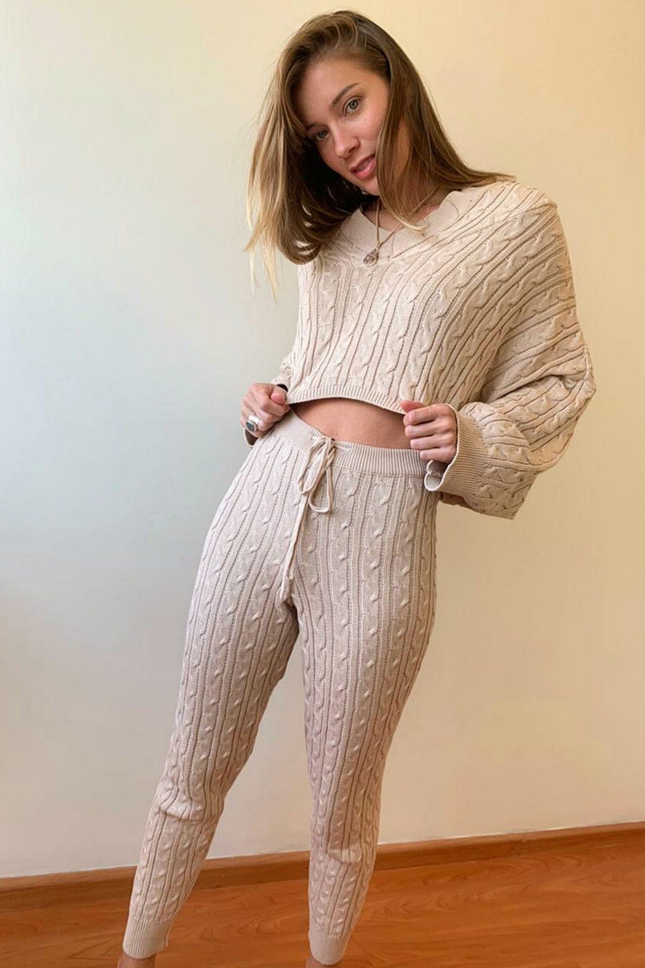 Pantalón tejido, con pitas que regulan la pretina, diseño punto trenzado & canales,un #musthave para esta temporada.  Material : Hilo algodón peruano.  Cintura:63-75 cm  Cadera:92-102cm