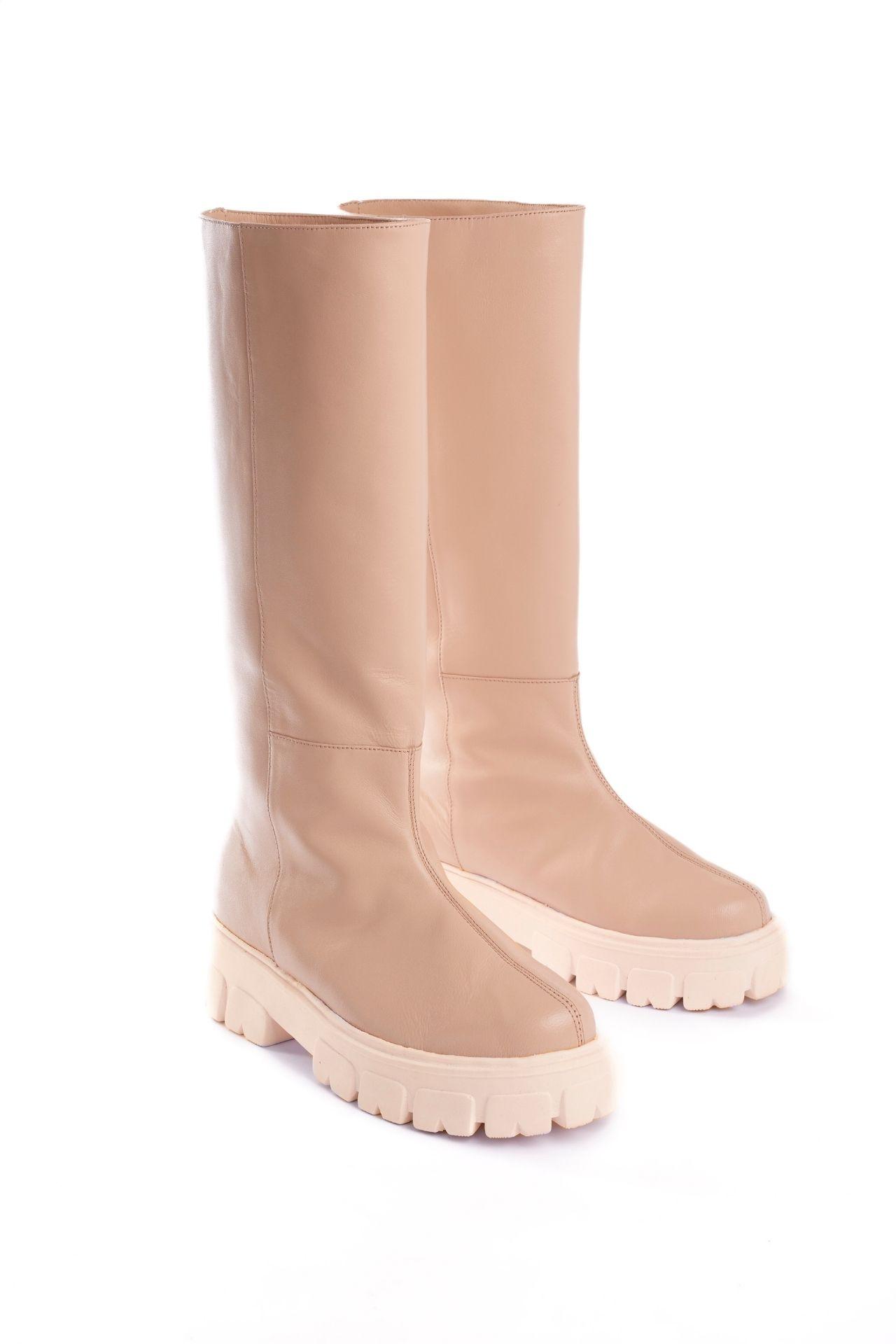 Botas altas de cuero nude con base chunky. Tienen 5cm de altura  CAPELLADA: CUERO NATURAL / FORRO: BADANA NATURAL