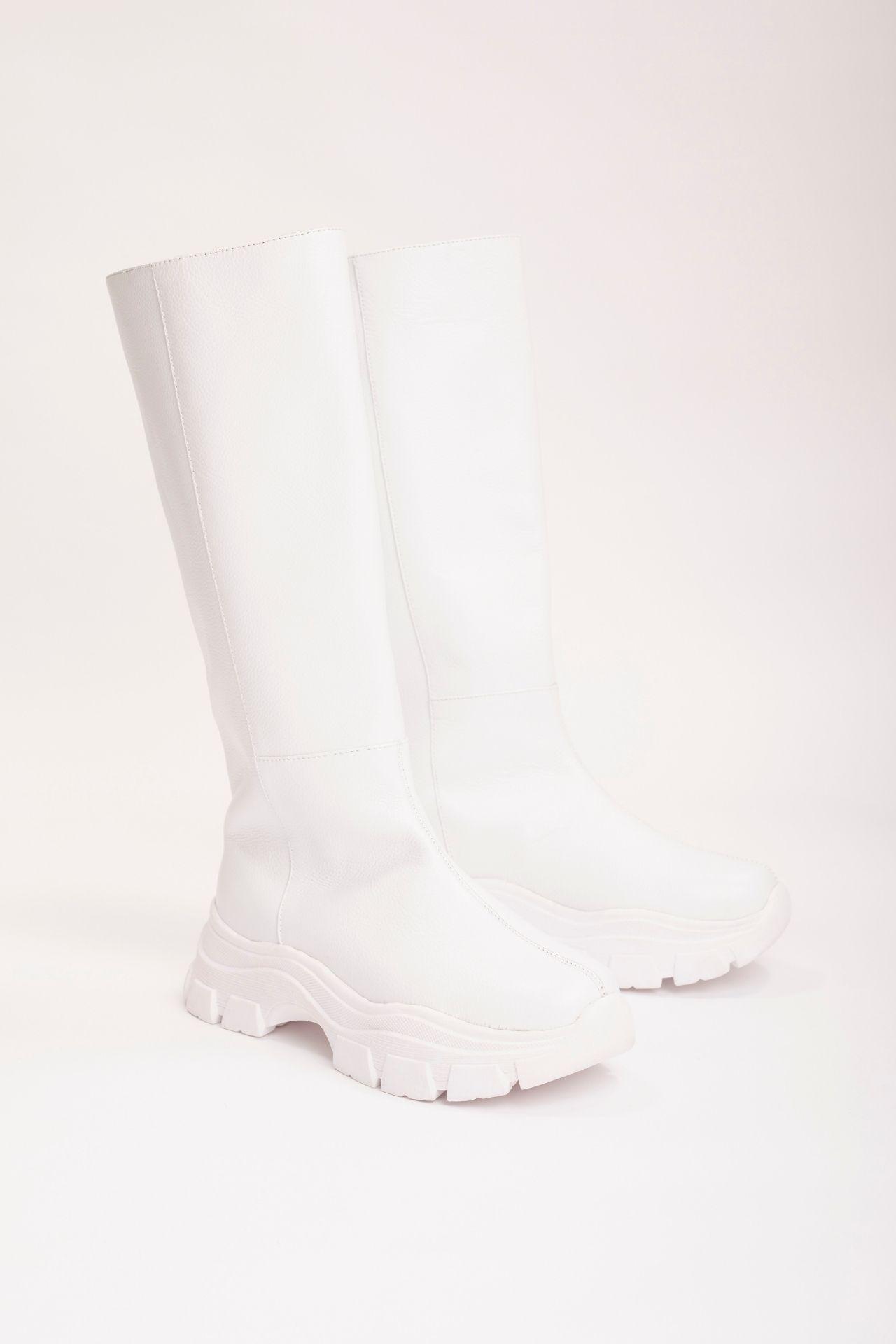 Tiempo de entrega: 7 días  Botas altas de cuero blanco con base chunky. Tienen 5cm de altura  CAPELLADA: CUERO NATURAL / FORRO: BADANA NATURAL