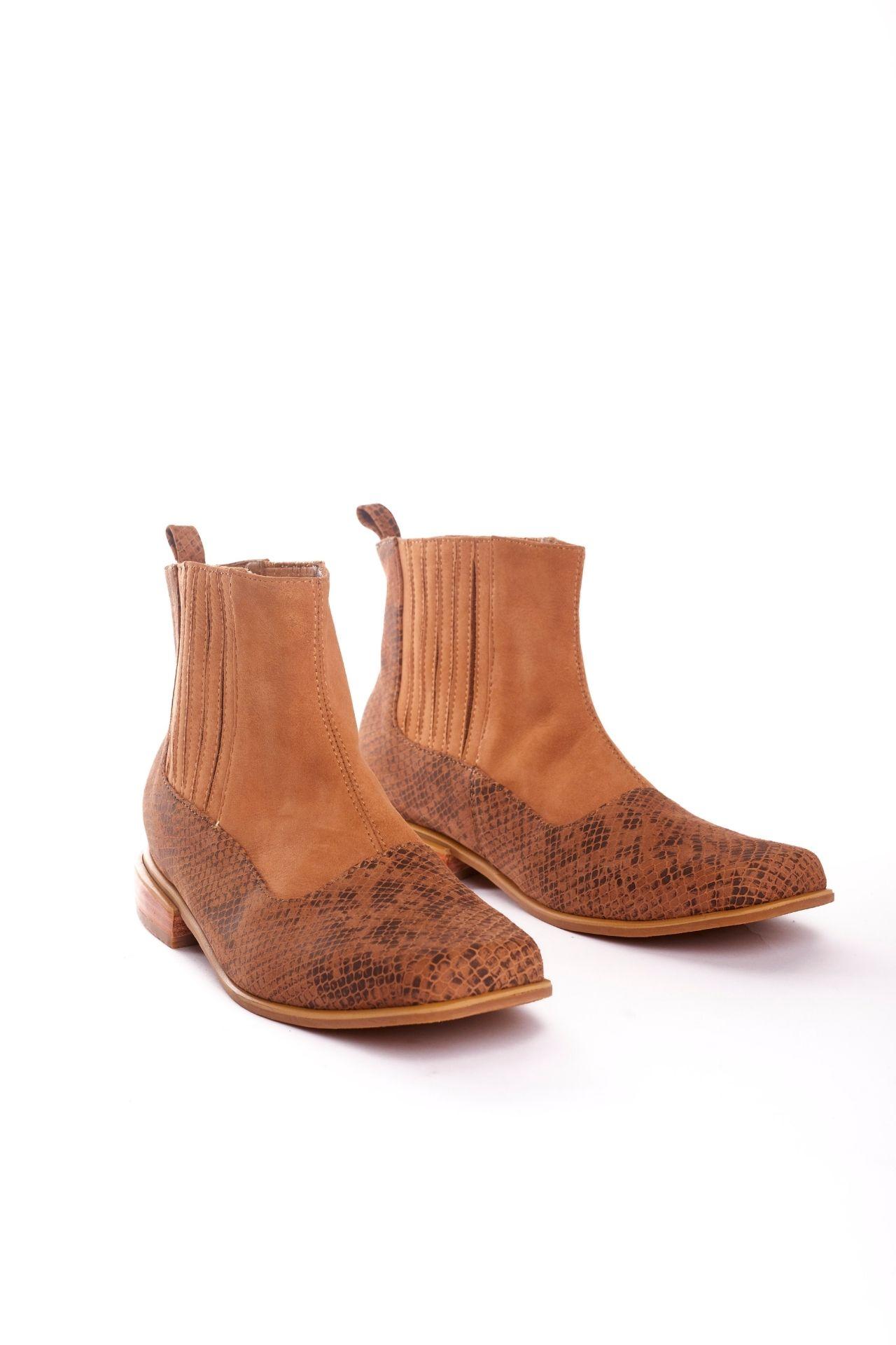 Tiempo de entrega: 7 días  Botines cortos de cuero camel con cuero pitón  CAPELLADA: CUERO NATURAL / FORRO: BADANA NATURAL