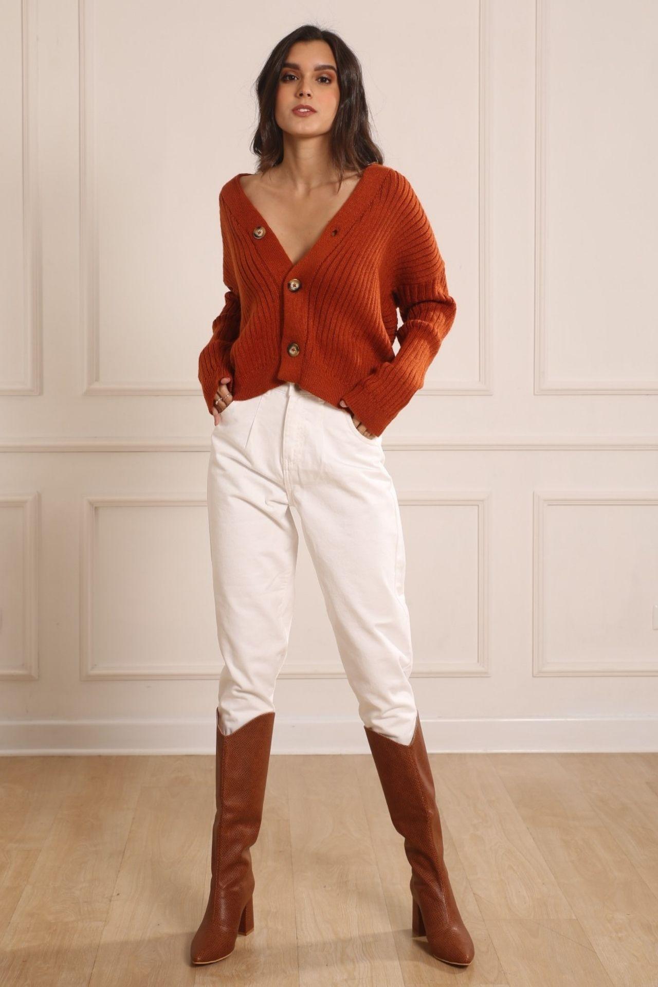 Cardigan tejido en hilo suave.Prendaversátil, práctica yútil. Gran tendencia de la moda que vale la pena tener en nuestro closet. Puedes combinarlos con faldas, jeans o vestidos y son adecuados para cualquier temporada.  Usando una base de colorneutropuedes tener la libertad de elegirel color que quieras de cardigan. Puedes elegir entre Palo Rosa, Beige, Verde Agua, Ladrillo y Turquesa para una súper combinación.    Medidas:  Busto: 100 cm  Largo: 58 cm
