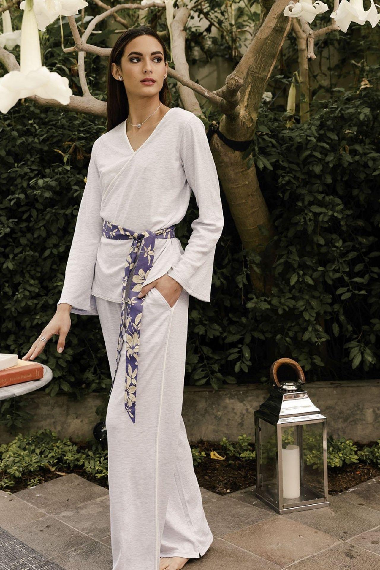 Inspiración Oriental. Top con mangas acampanadas y elegante cinturón estampado. Vivos en color hueso marcan la silueta del pijama hecho en 100% algodón pima.