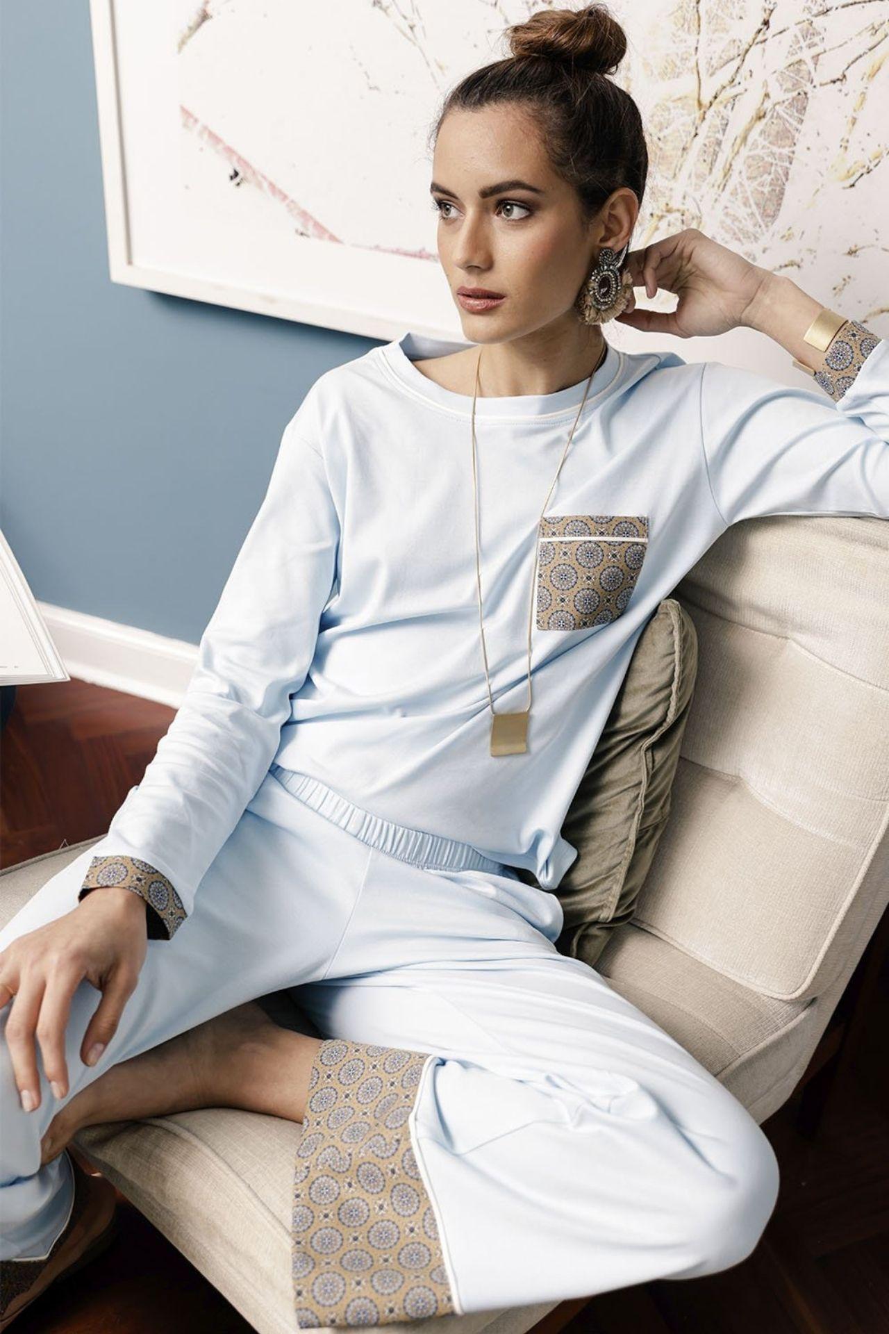 Único y especial. Nuestro pijama Cloe te envolverá con la suavidad del algodón pima en color celeste que se combinan con piezas en estampado contraste con inspiración mediterránea.