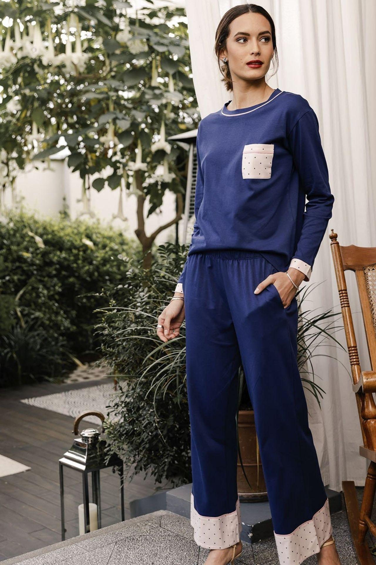 Único y especial. Nuestro pijama Cloe te envolverá con la suavidad del algodón pima en color Azul que se combinan con piezas en estampado contraste con diseño dots.