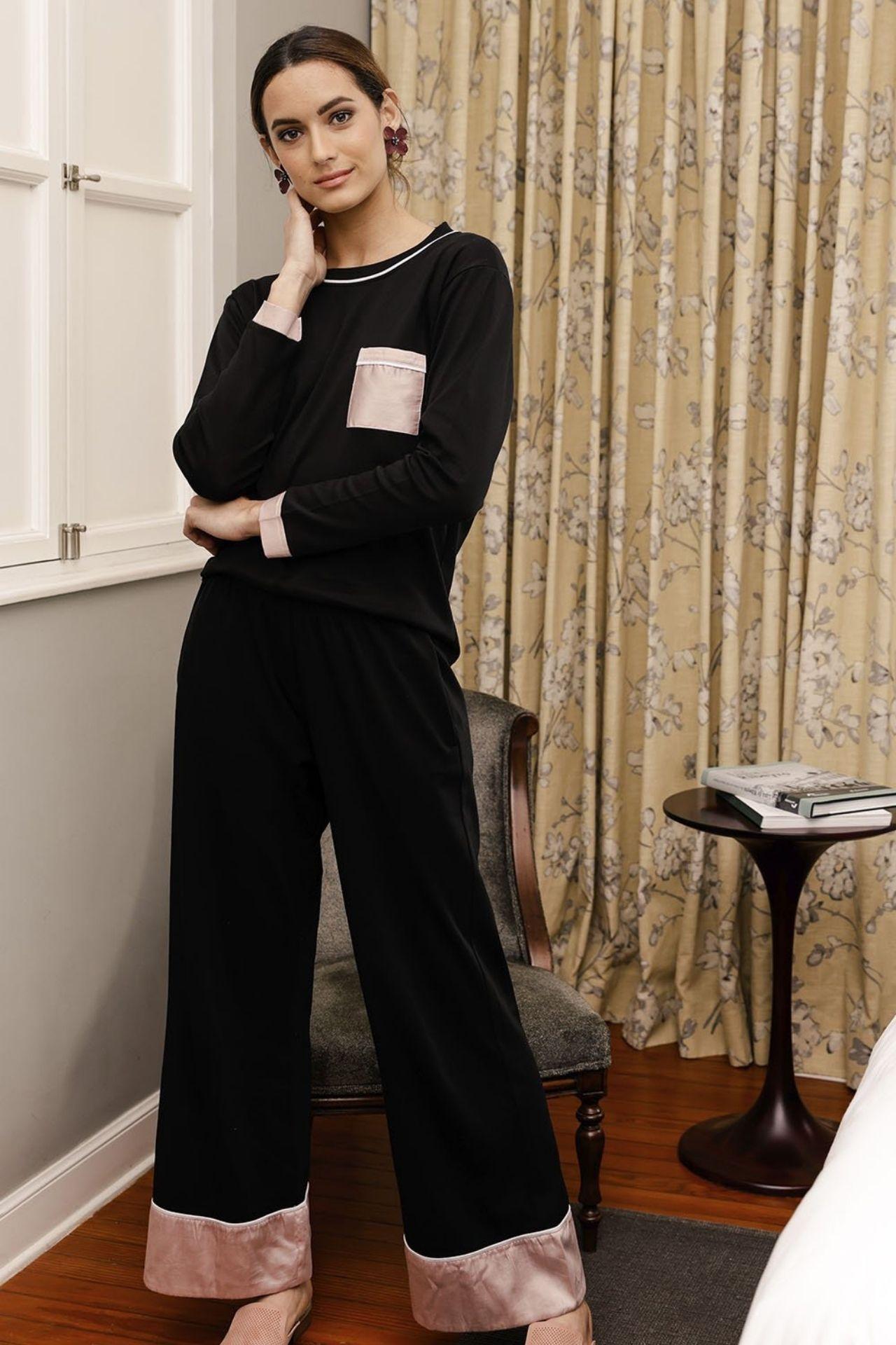 Único y especial. Nuestro pijama Cloe te envolverá con la suavidad del algodón pima y detalles en color dusk pink.