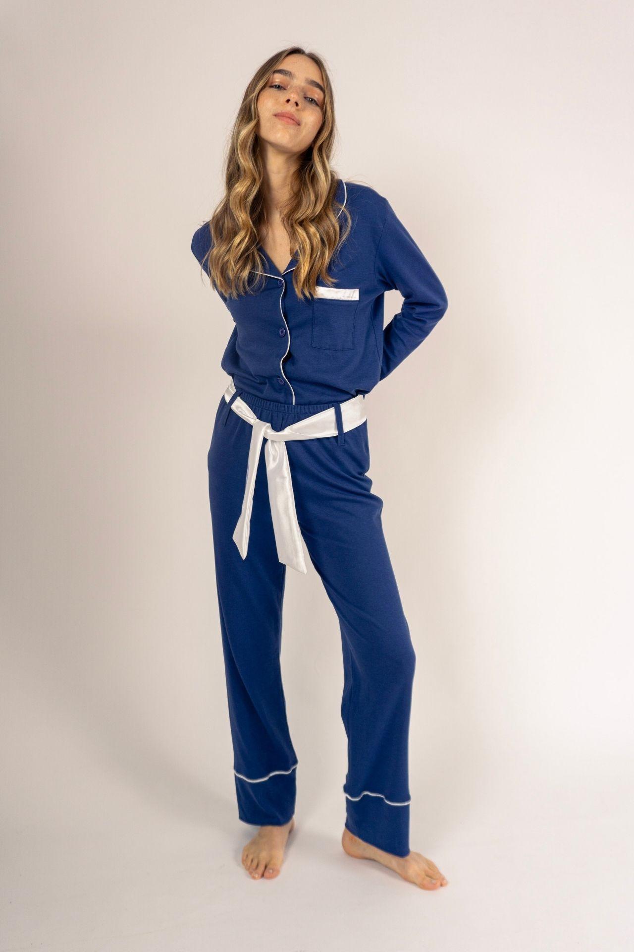 ¡El pijama que necesitas! Es cómodo, es uno de nuestros favoritos. Conjunto de dos piezas con detalles como correa de seda removible. Amarás la suavidad y detalle de este pijama! El polo se puede usar dentro y fuera. Cuidados: no usar secadora, lavar con agua fría