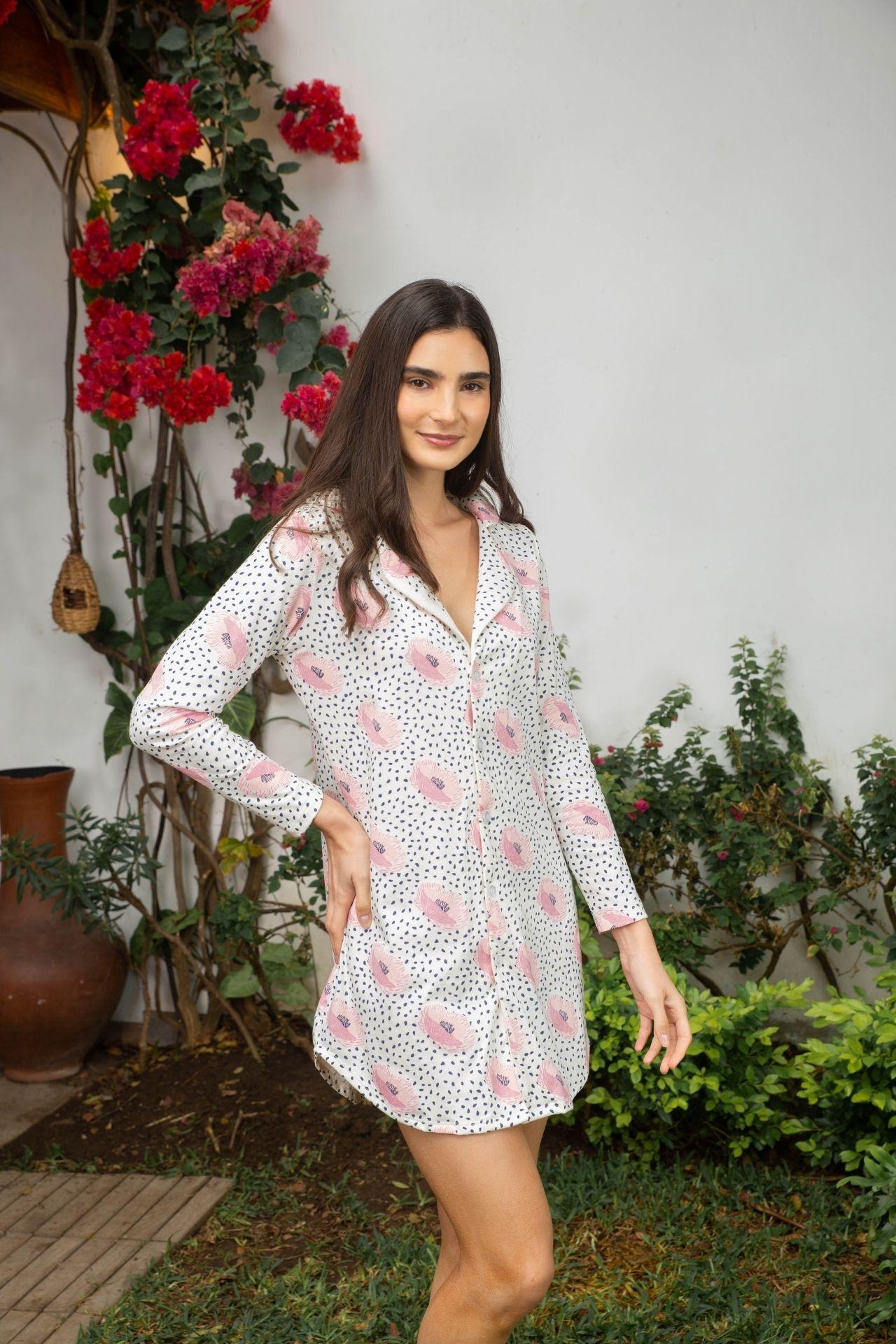 Camisón de pijama 100% algodón peruano.  El estampado es exclusivo de la marca y ha sido pintado a mano.