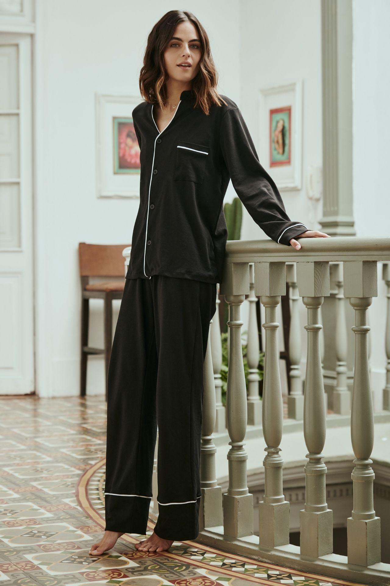 """El equivalente a """"the little black dress"""". Es el pijama clásico (not so classic) que todas debemos tener. Elaborada 100% de algodón tangüis peruano."""
