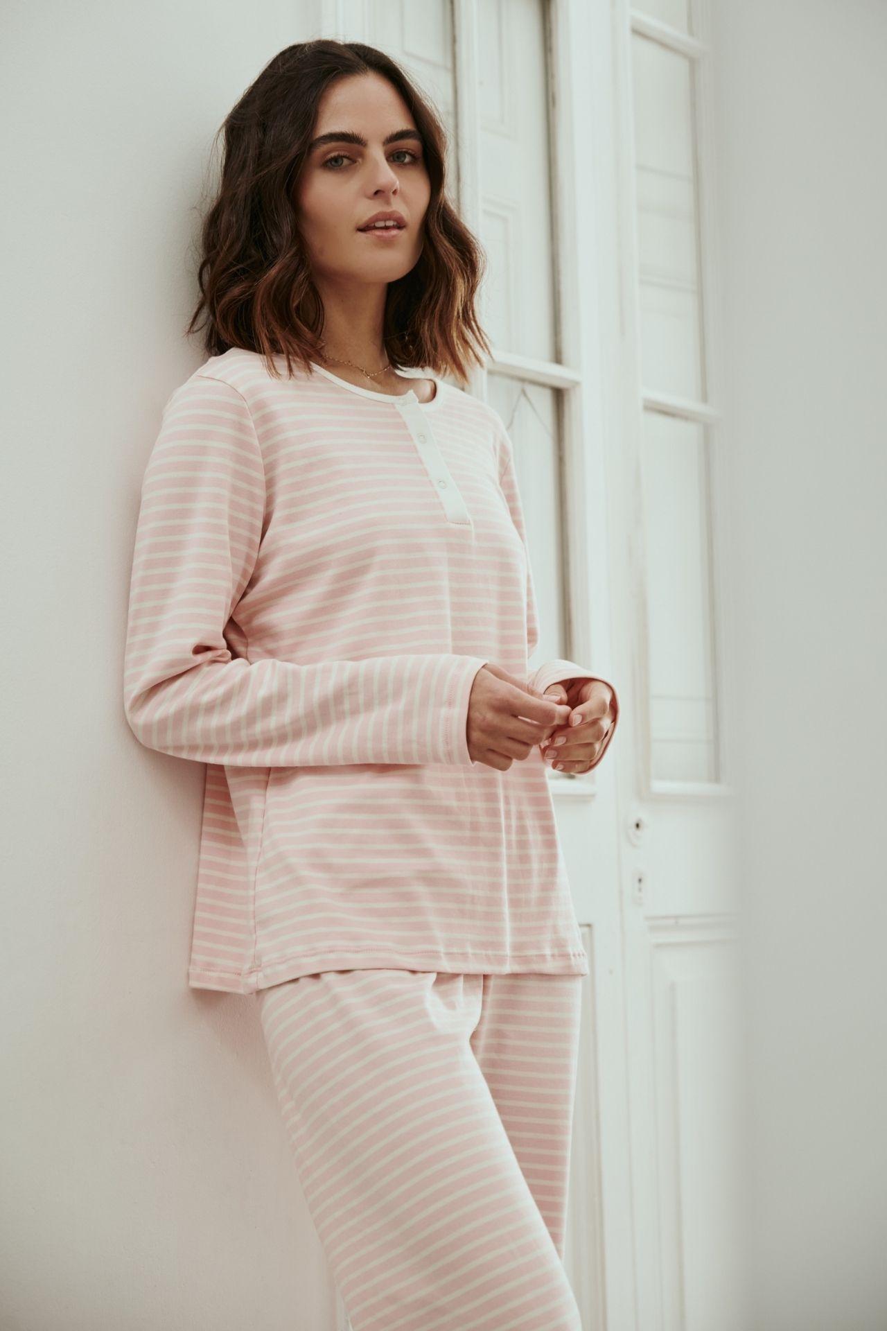 Enamórate de la suavidad y comodidad de la pijama más playful! Tiene broches que le dan un detalle único y el elástico más comódo del mundo. Además, la pijama ha pasado por nuestro lavado especial que le da extra suavidad y evita que se encoja. Te acompañará muchísimo tiempo! 100% tangüis peruano.